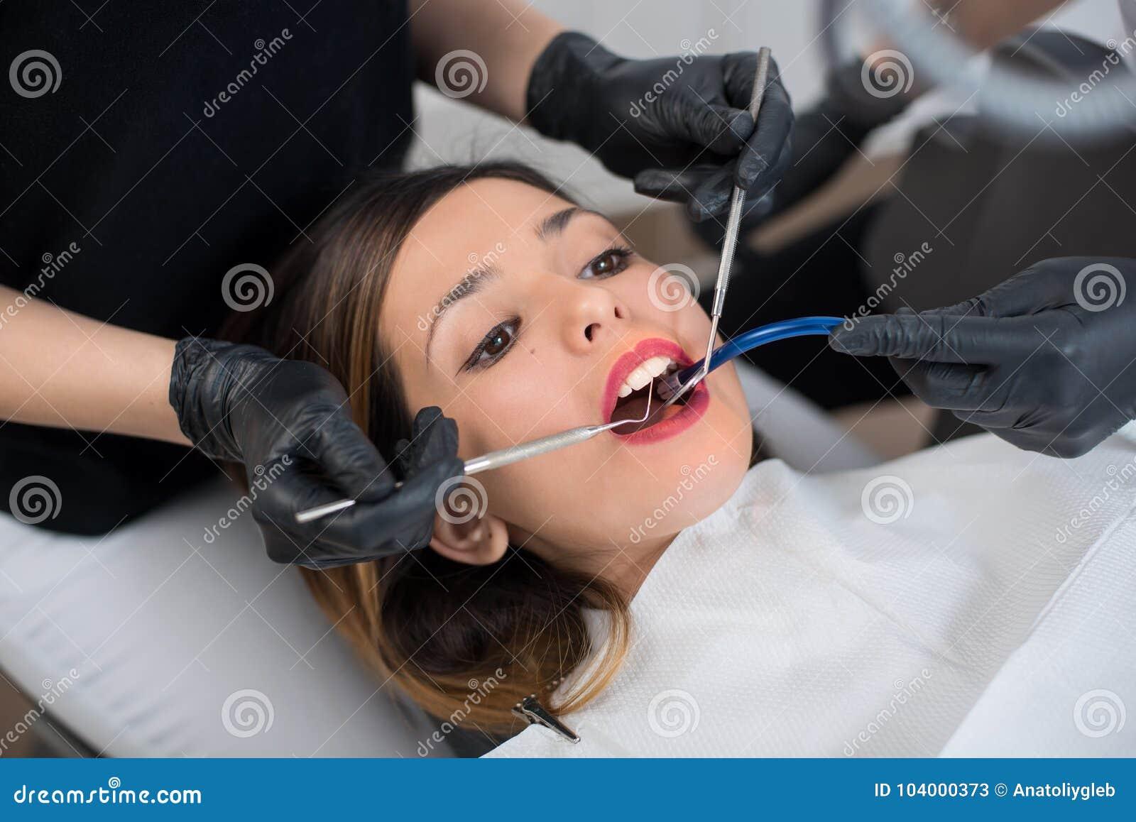 Belle fille ayant le contrôle dentaire dans la clinique dentaire dentistry