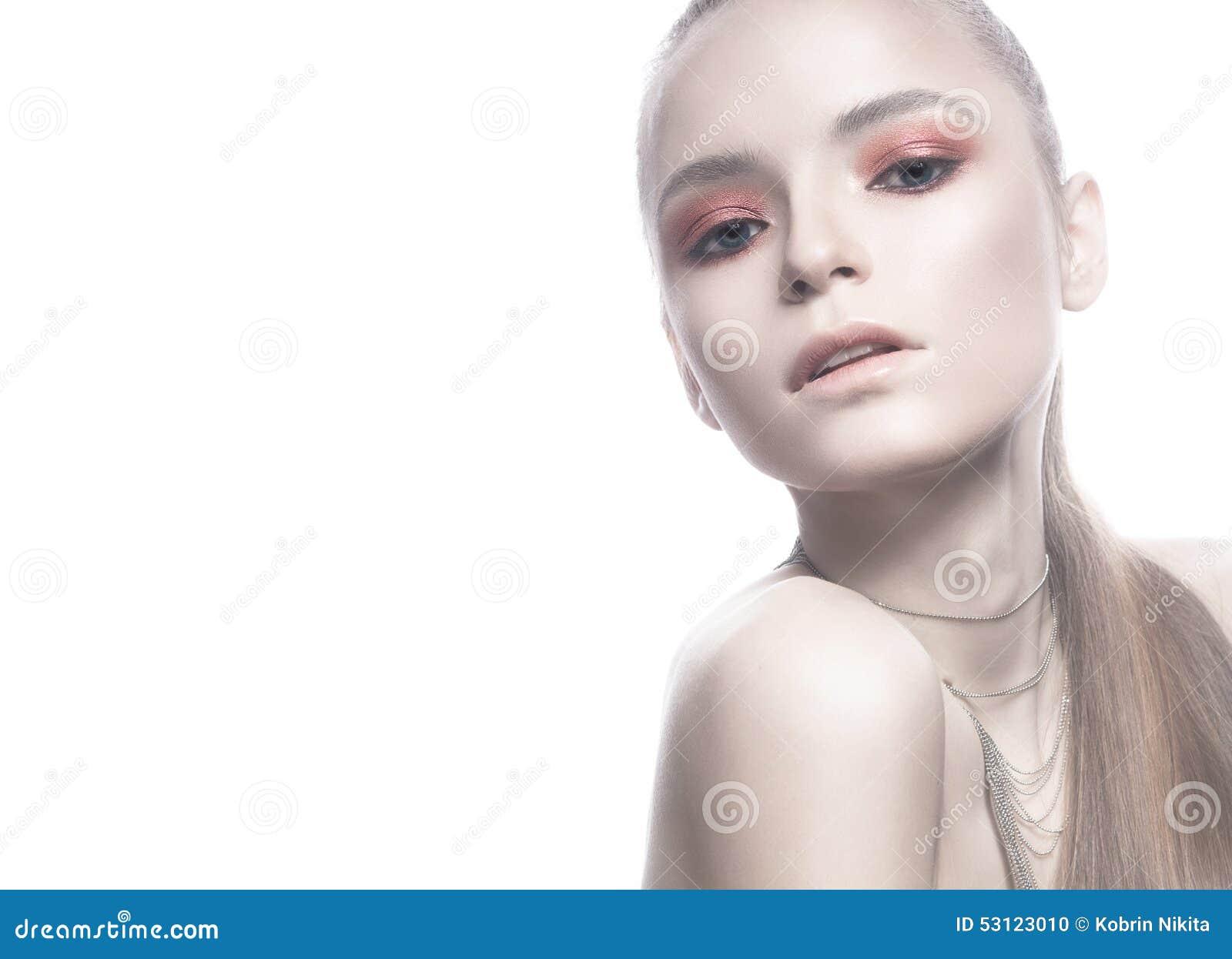 Belle Fille Blonde Avec La Peau Blanche Les Cheveux Lisses Et Un