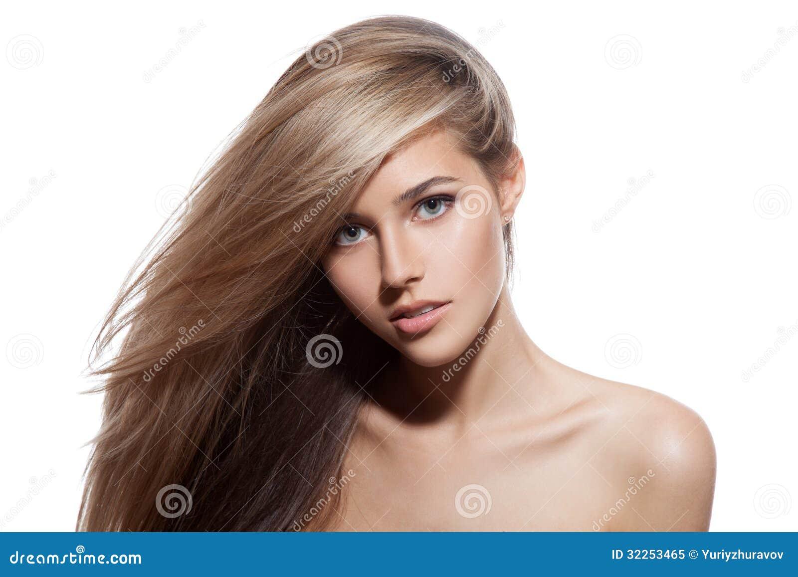 Belle fille blonde. Longs cheveux sains. Fond blanc