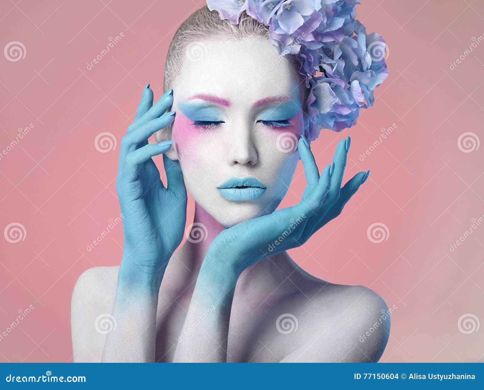 Belle fille Coiffure de fleur Corps art
