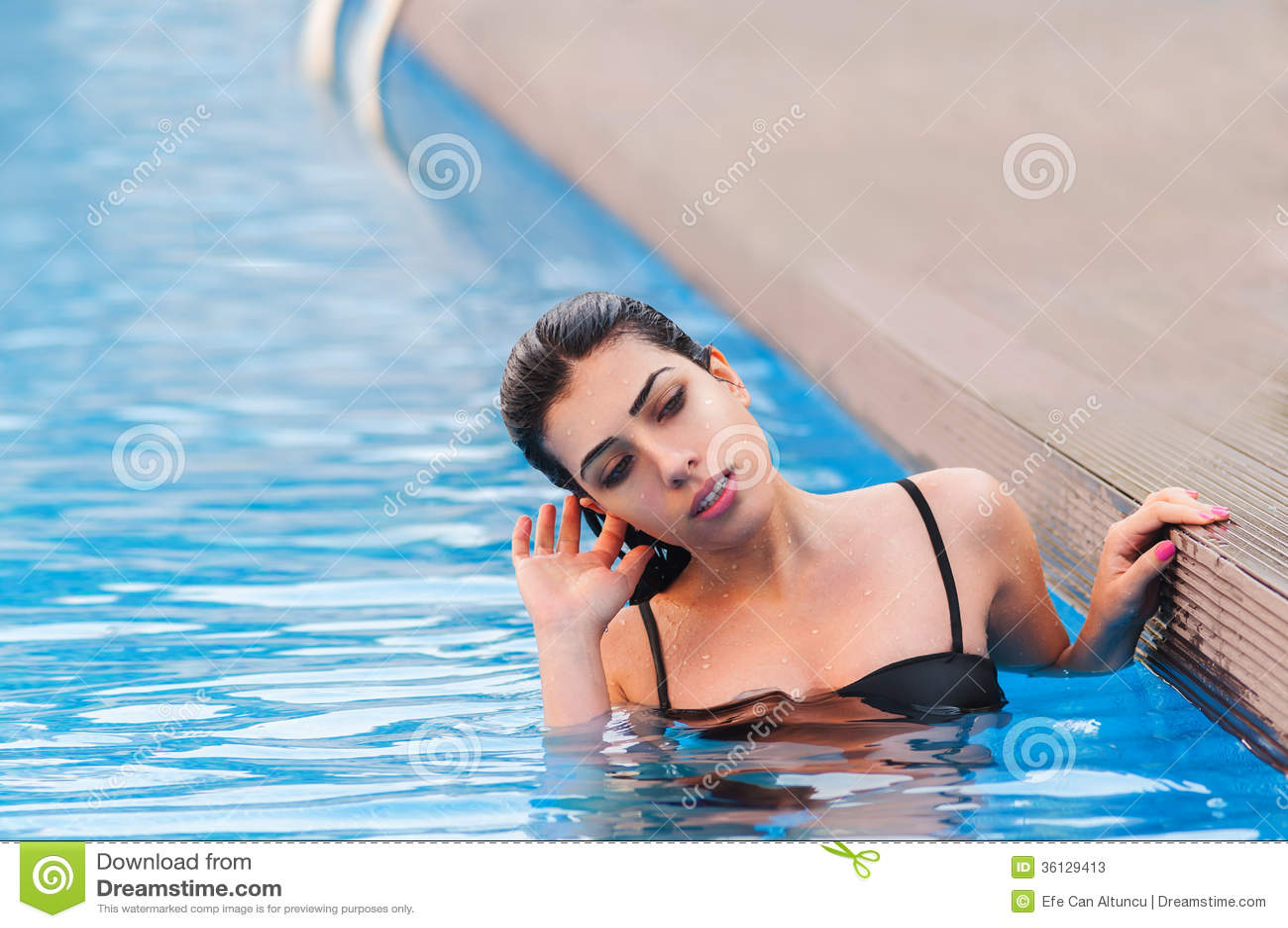 Belle fille dans la piscine