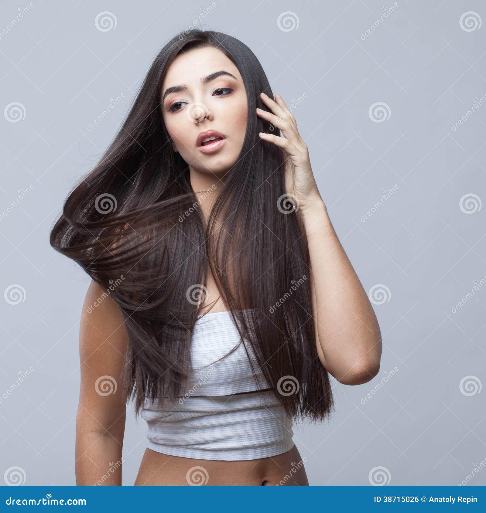 Belle fille de brune avec de longs cheveux sains