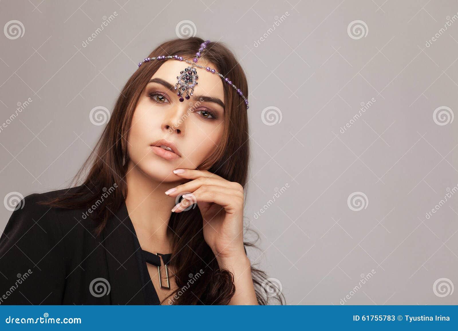 Belle fille de brune avec la queue courbée par cheveux