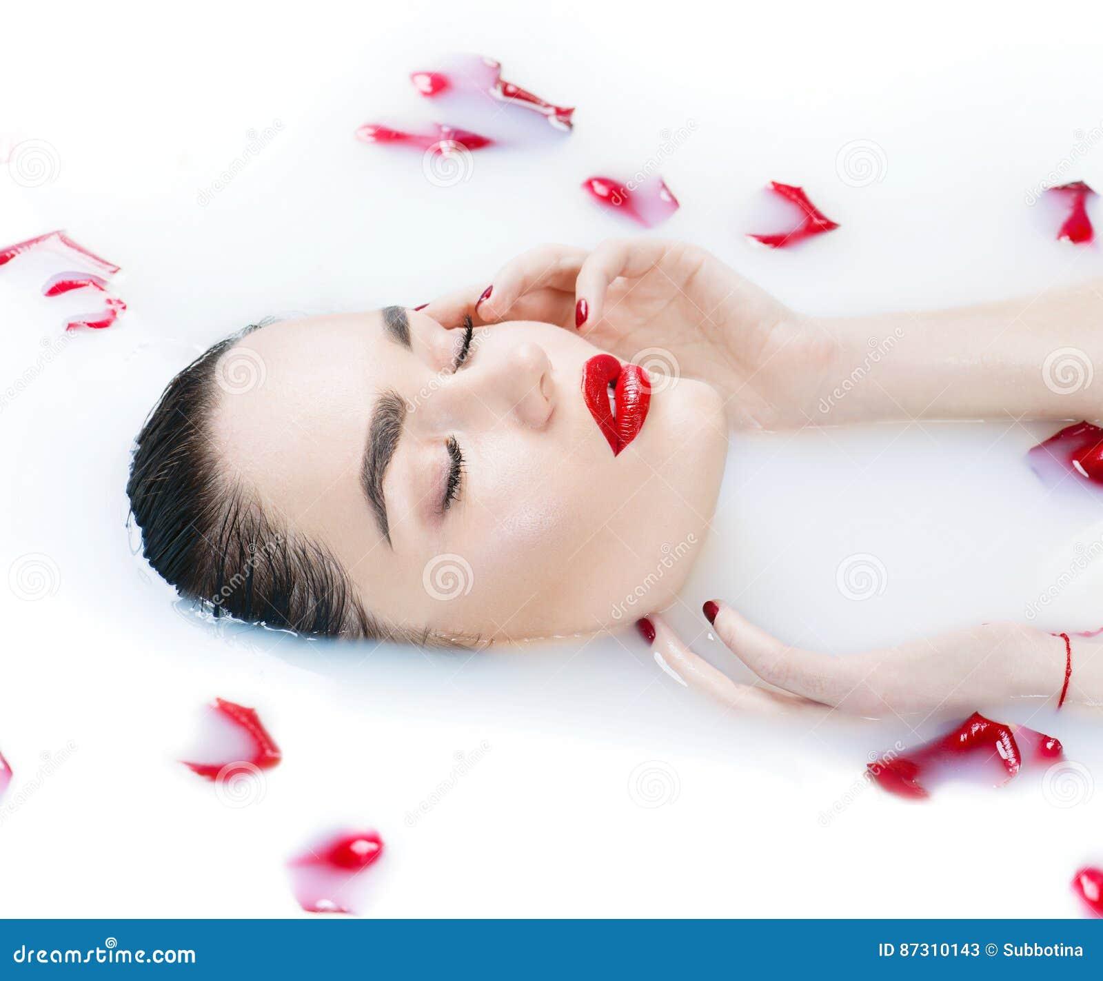 Belle fille de mannequin prenant le bain, la station thermale et les soins de la peau de lait