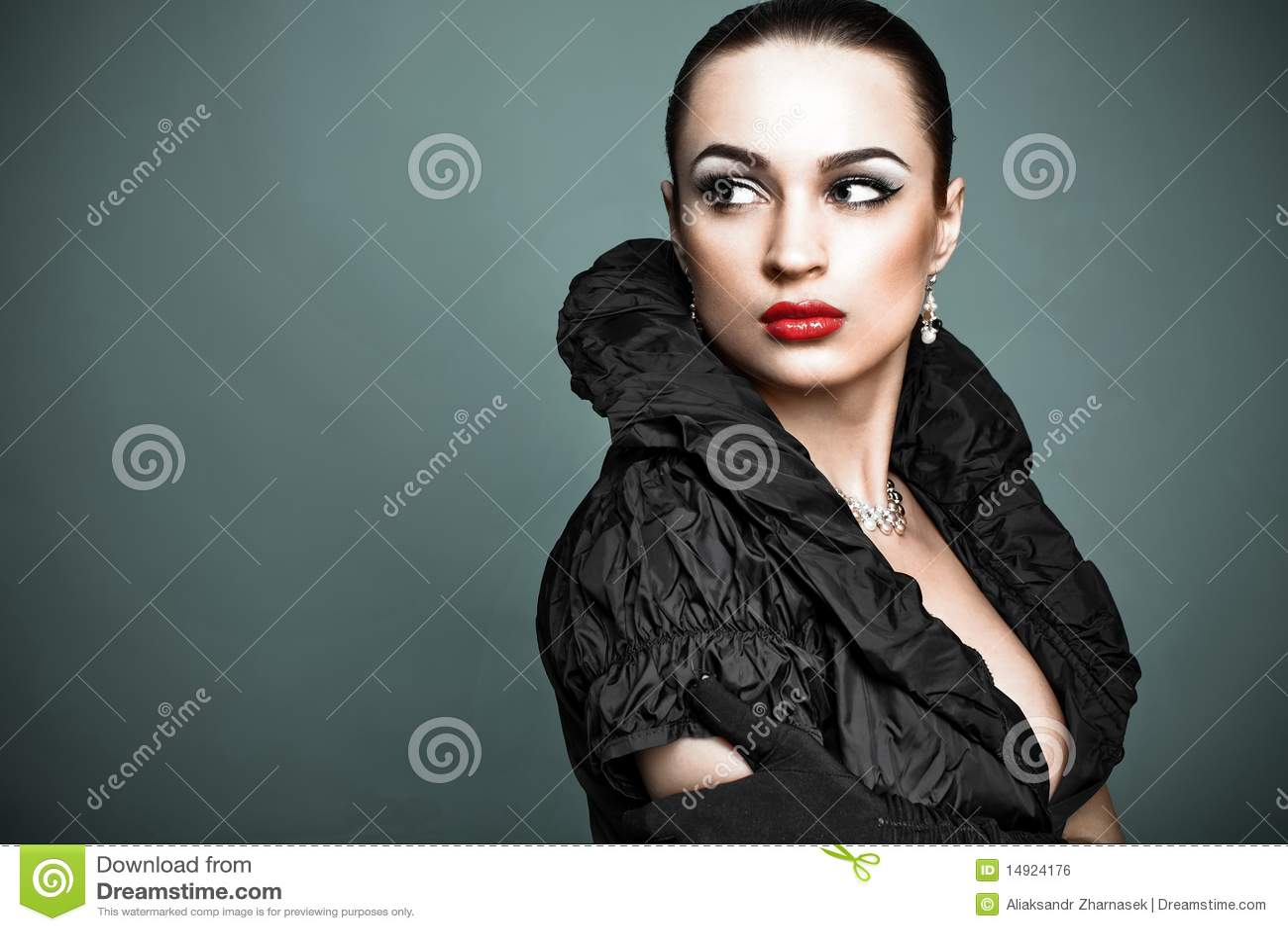 Belle fille de mode sur le fond gris