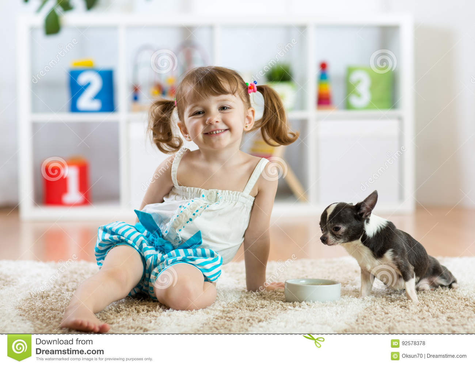 Belle fille de petit enfant et son chien