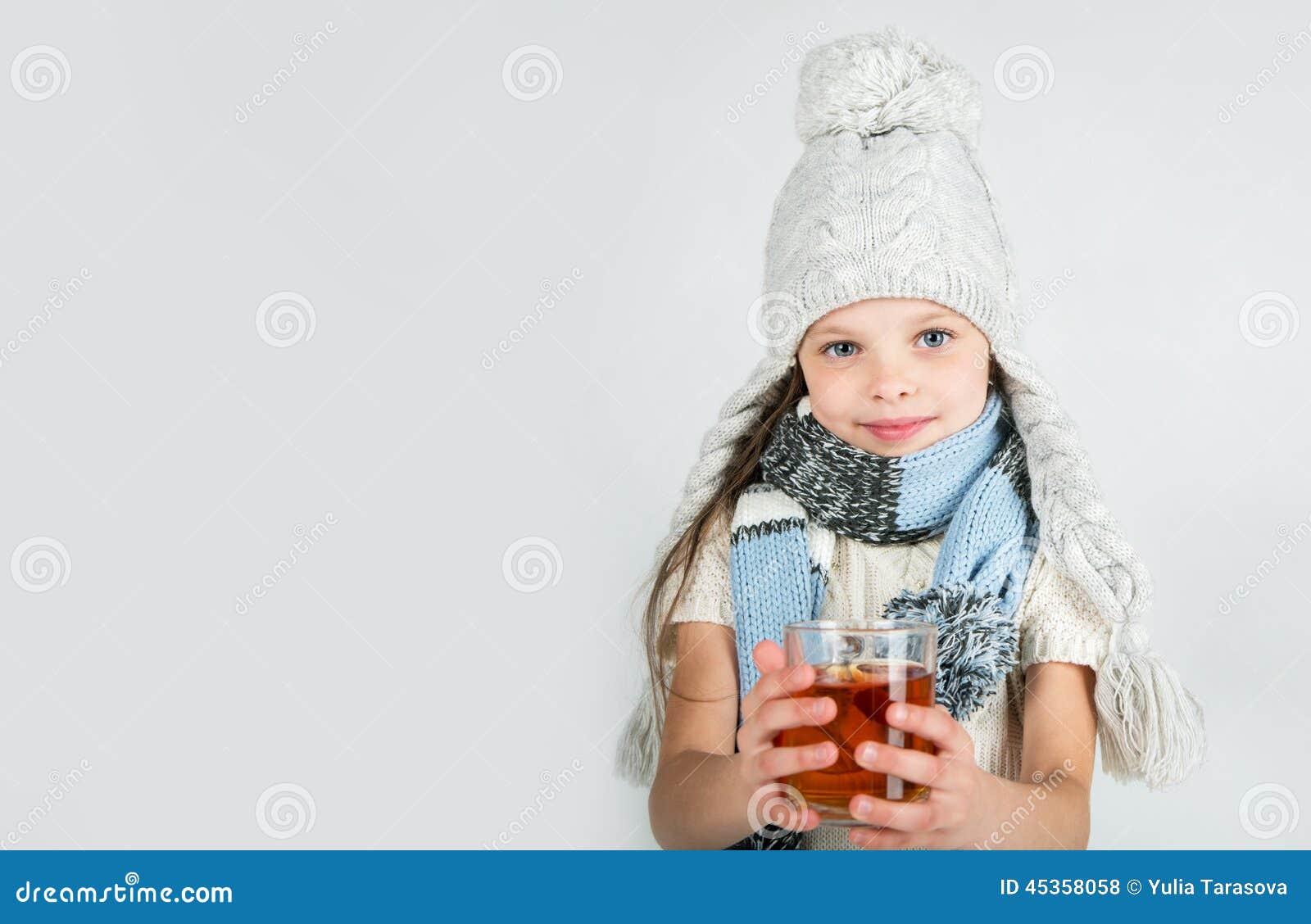 Belle fille de sourire heureuse d hiver avec la tasse de thé Fille riante