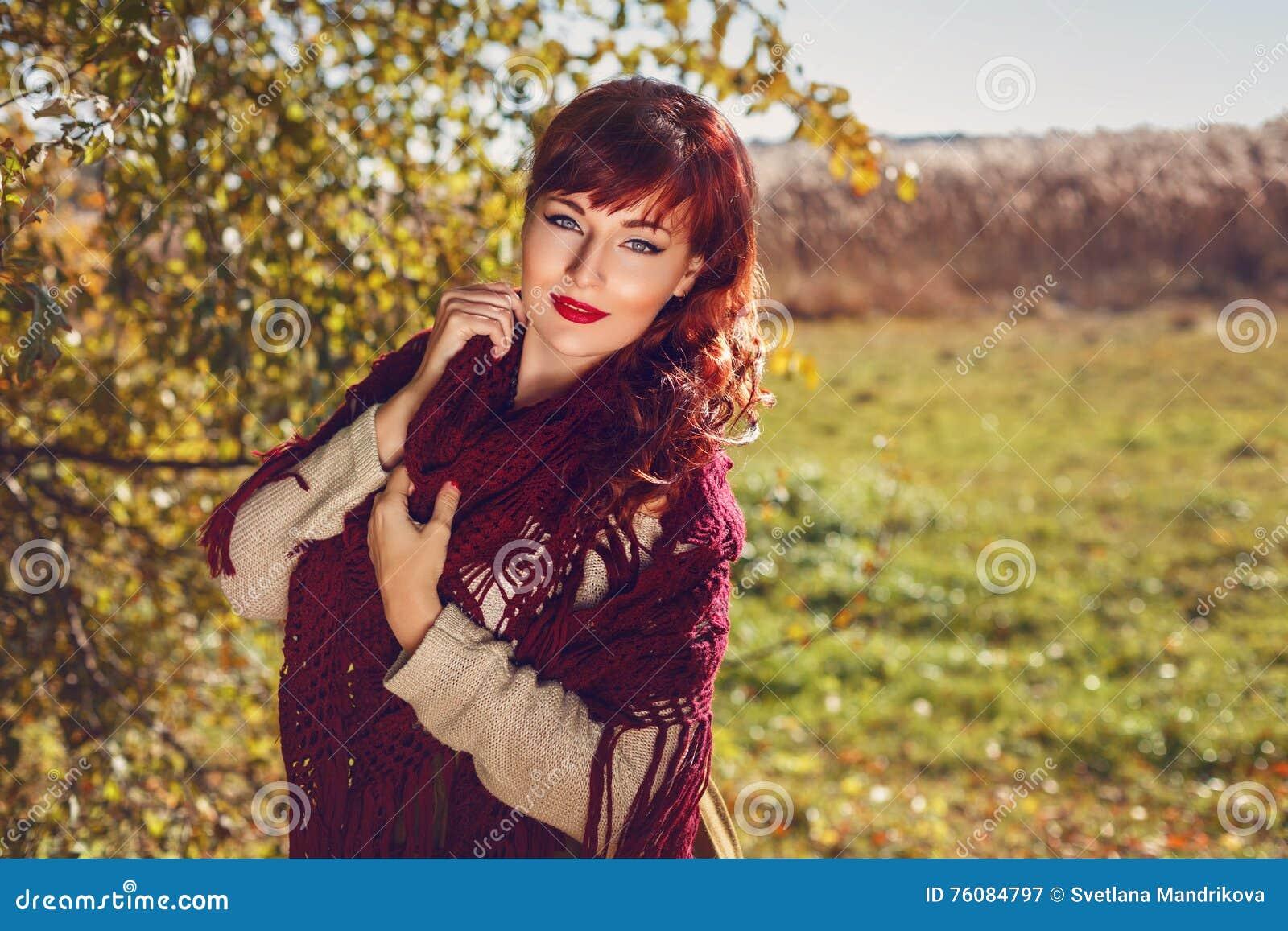 Belle fille dehors dans la campagne