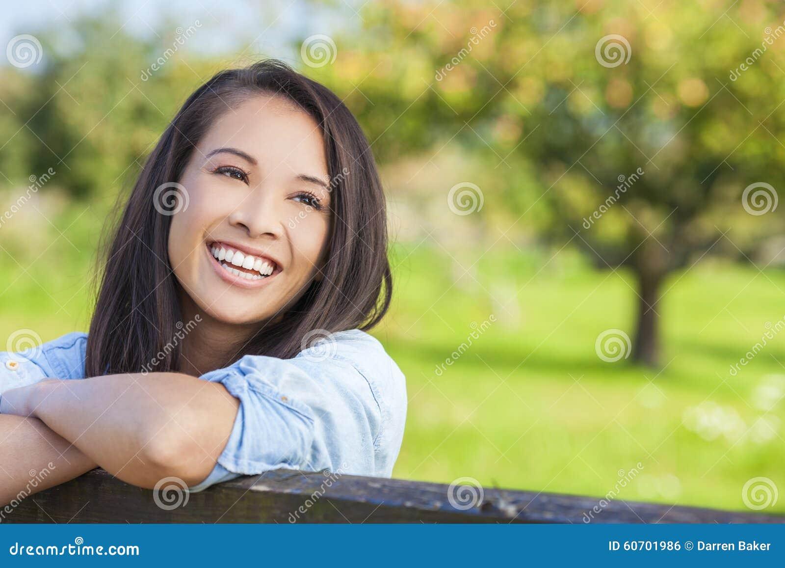Eurasienne Photo belle fille eurasienne asiatique souriant avec les dents parfaites