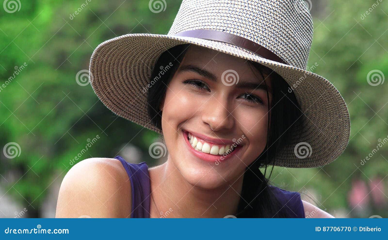 Belle fille heureuse de sourire