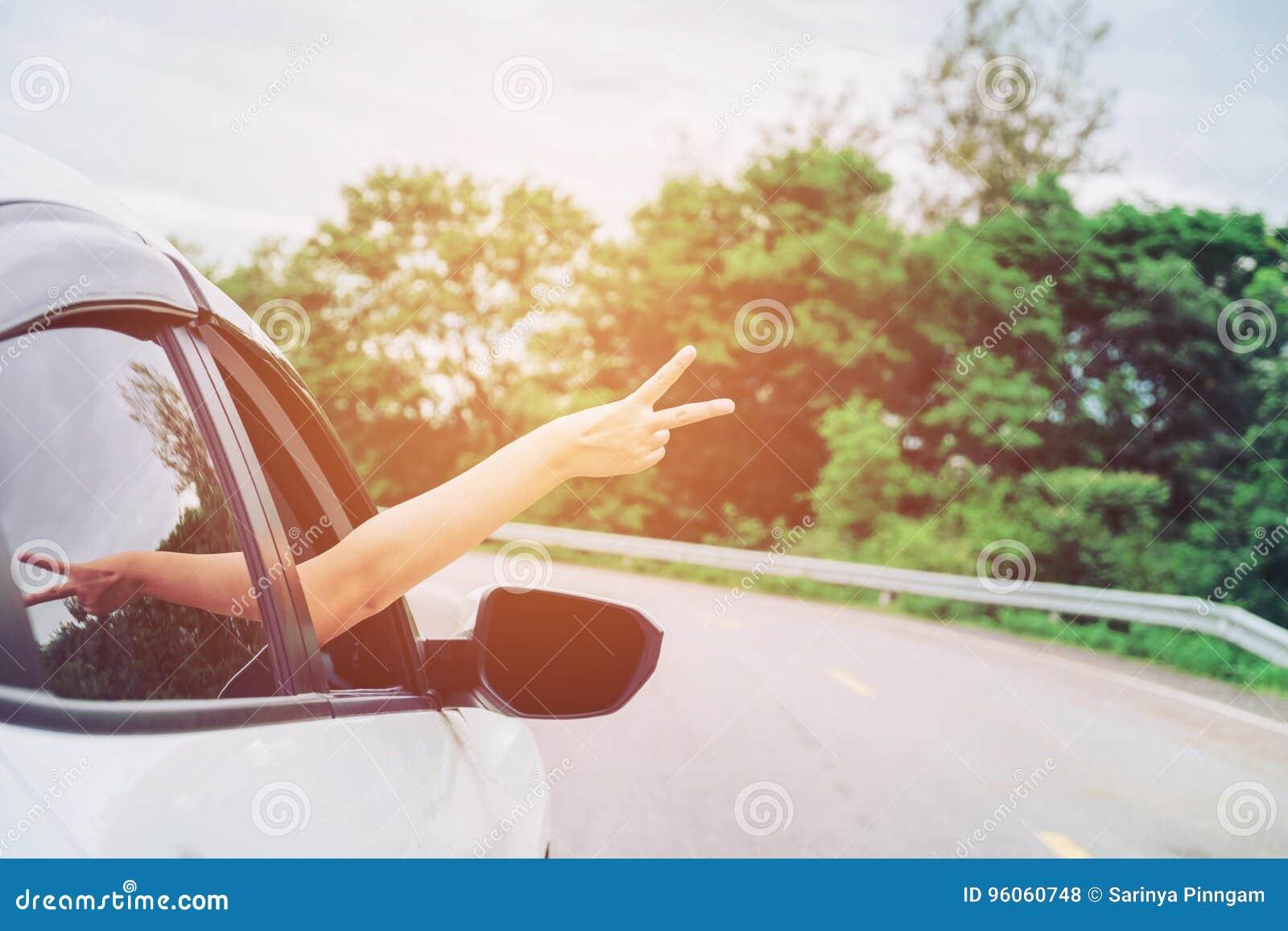 Belle fille heureuse voyageant dans une voiture de berline avec hayon arrière