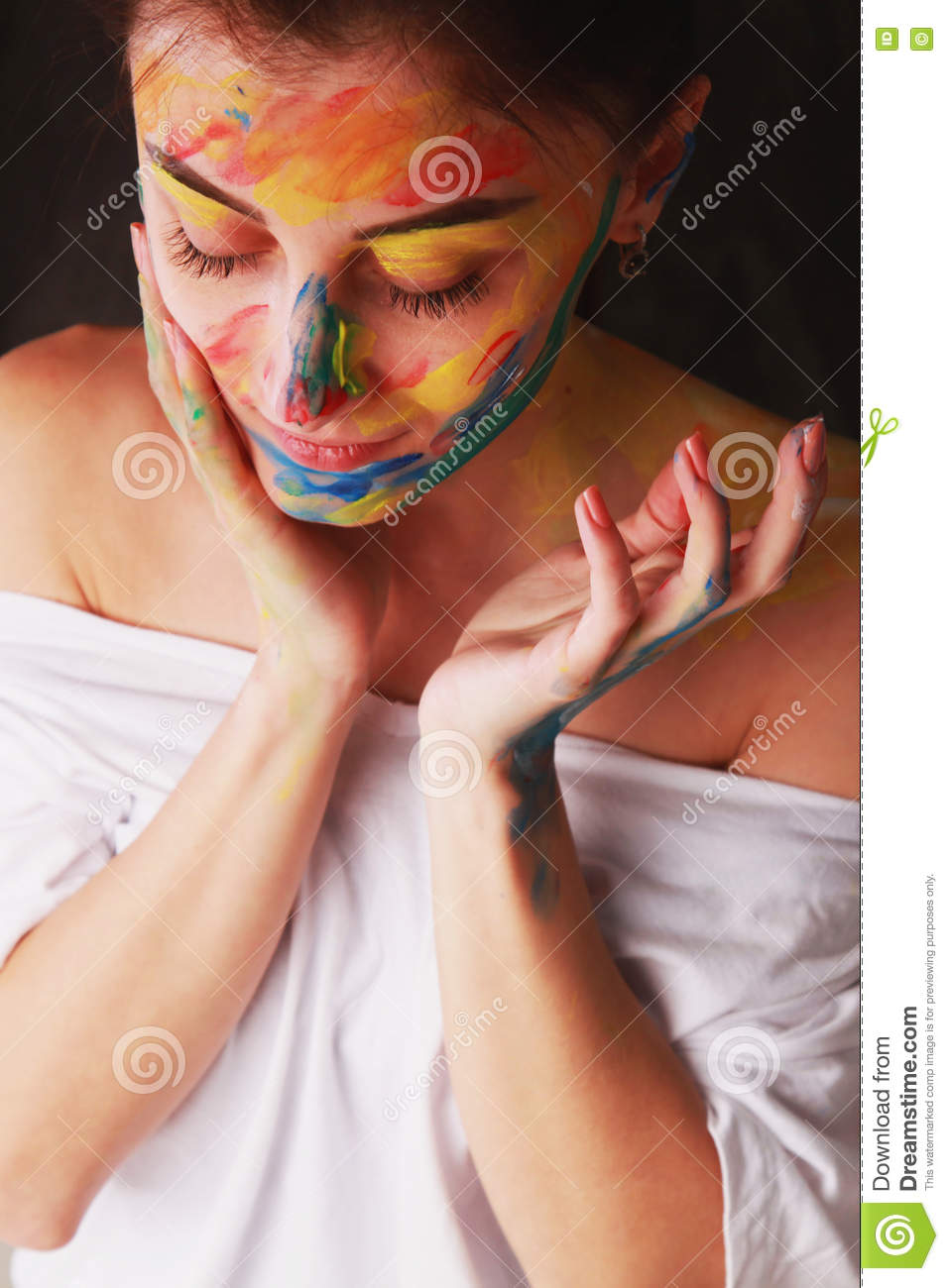 Belle fille intelligente avec le maquillage coloré d art