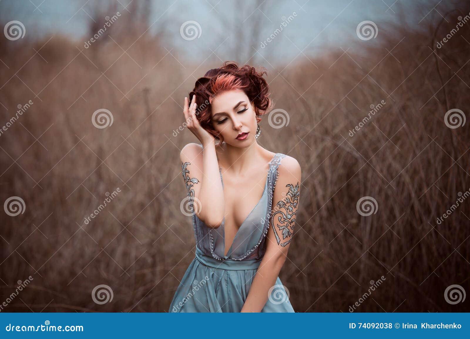Belle fille marchant en nature