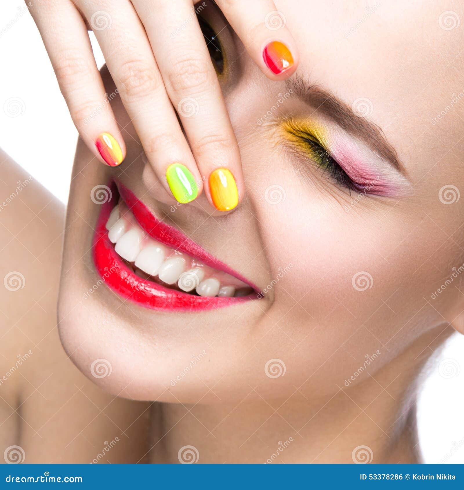 belle fille modle avec le maquillage color lumineux et vernis ongles dans l image d - Colori Maquillage