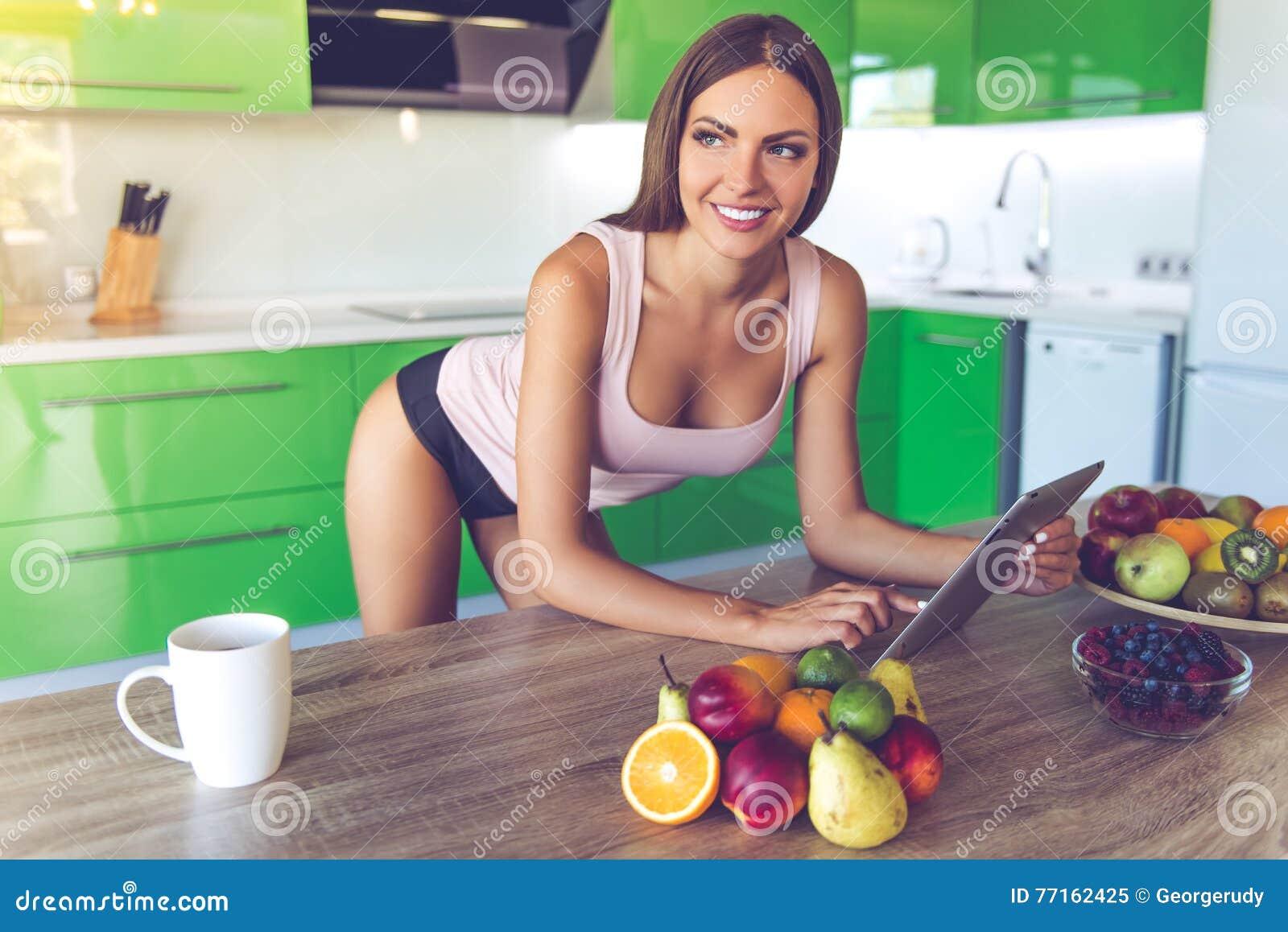 belle fille sexy dans la cuisine image stock image du maigre caucasien 77162425. Black Bedroom Furniture Sets. Home Design Ideas