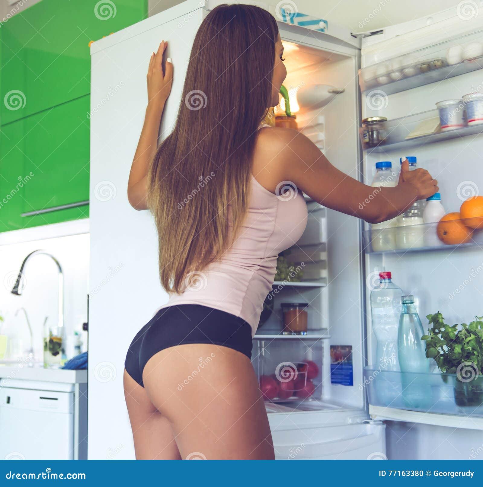 Belle fille sexy dans la cuisine