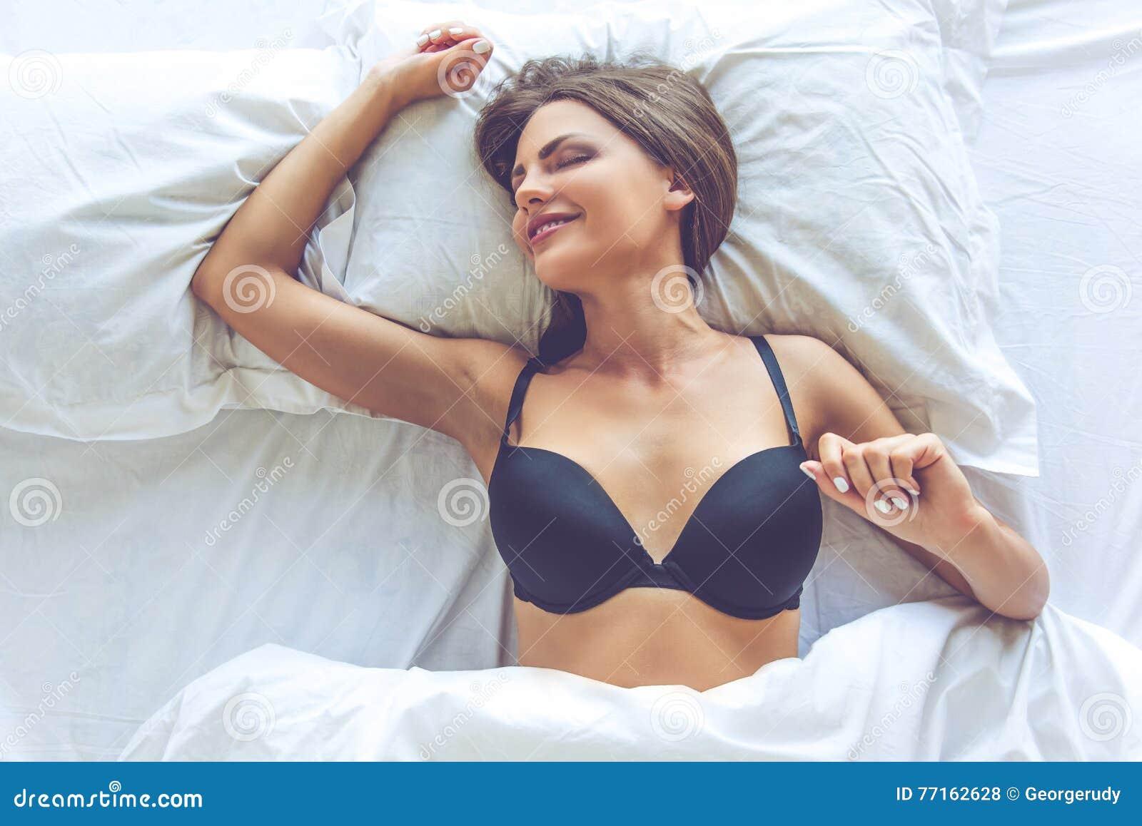 Belle fille sexy dans le lit