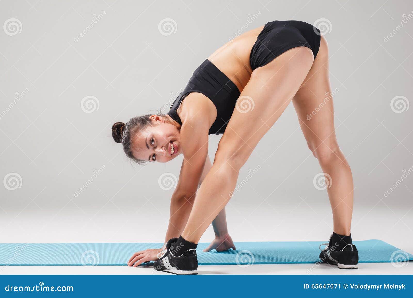 Belle fille sportive se tenant dans la pose d acrobate ou l asana de yoga