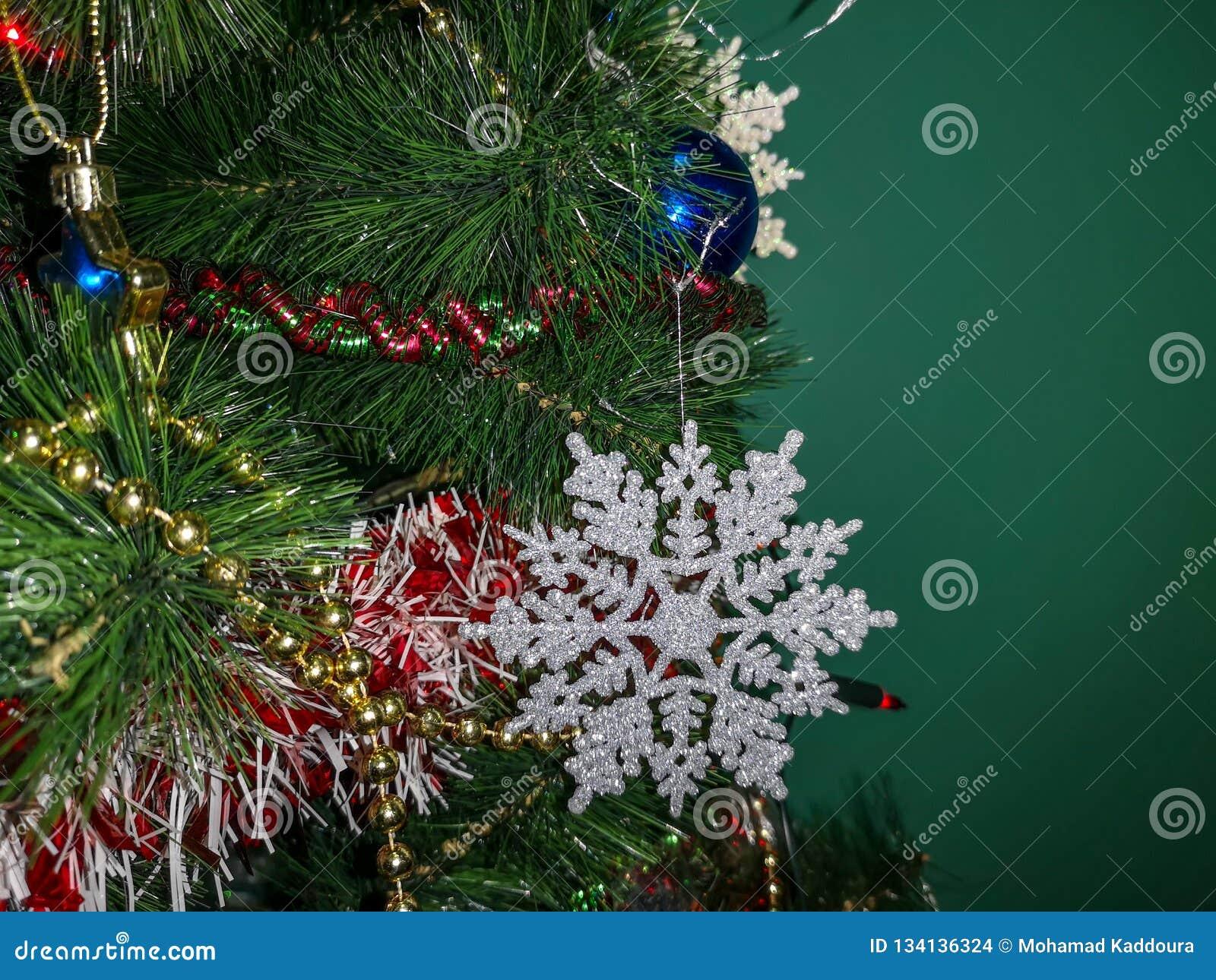 Belle fin sur un arbre de Noël décoré