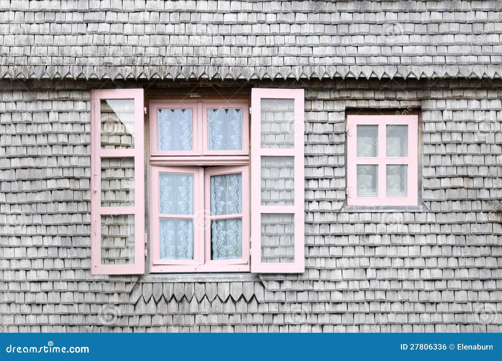 Belle finestre dentellare sulla facciata di una casa di - Facciata di una casa ...
