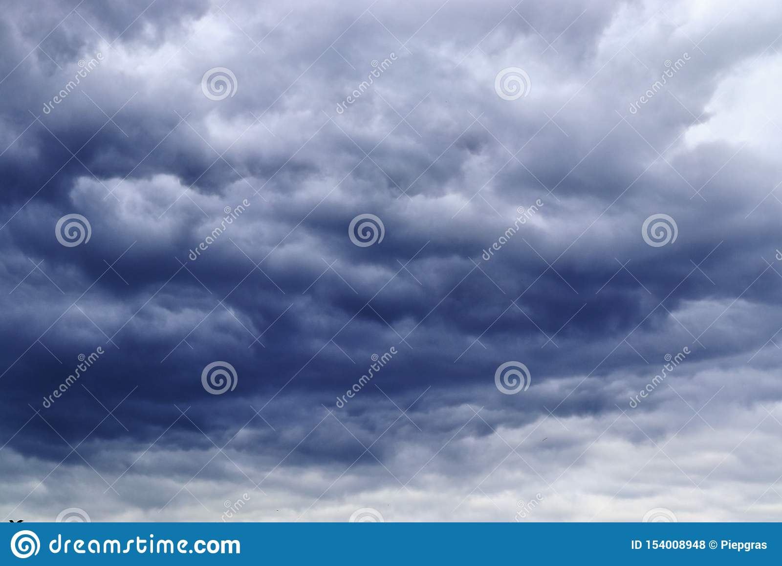 Belle formazioni miste della nuvola su un cielo blu