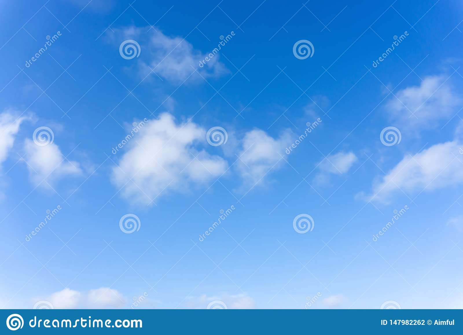 Belle forme de nuages pelucheux blancs sur le ciel bleu vif dans un jour suny