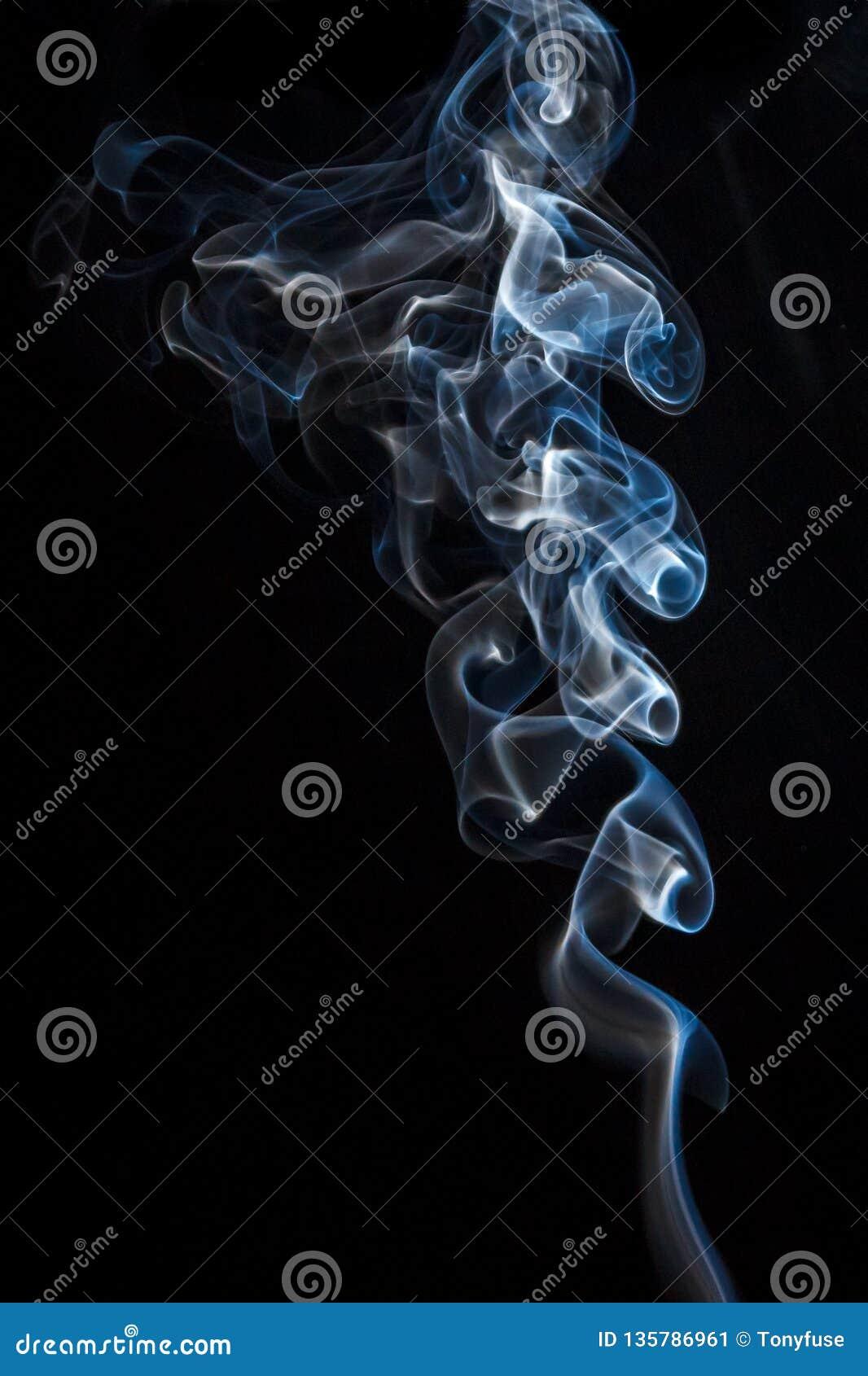 Belle fumée sur un fond noir