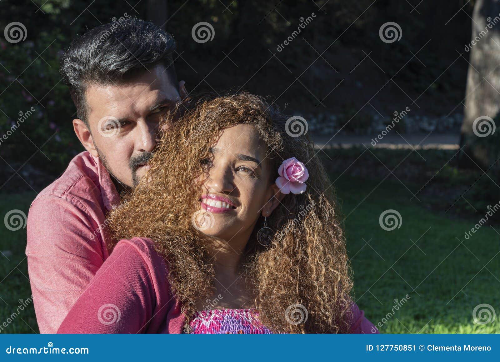 Belle giovani coppie nel parco
