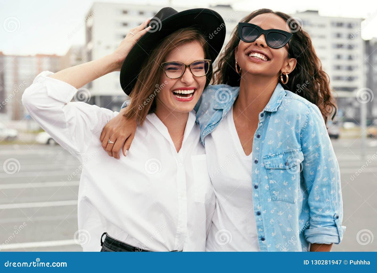 Belle giovani donne in abbigliamento casual divertendosi all aperto