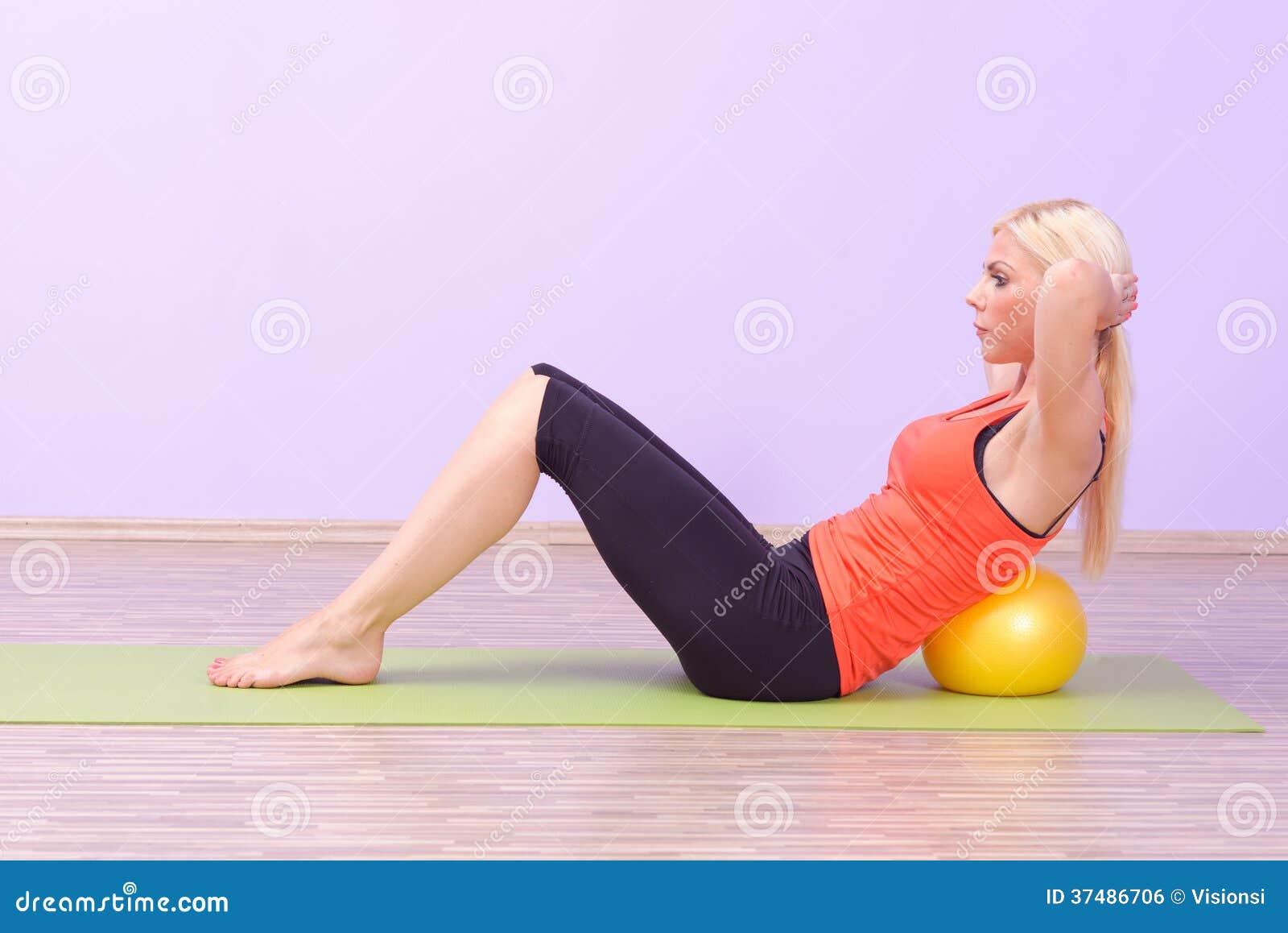 Belle giovani donne che fanno Pilates