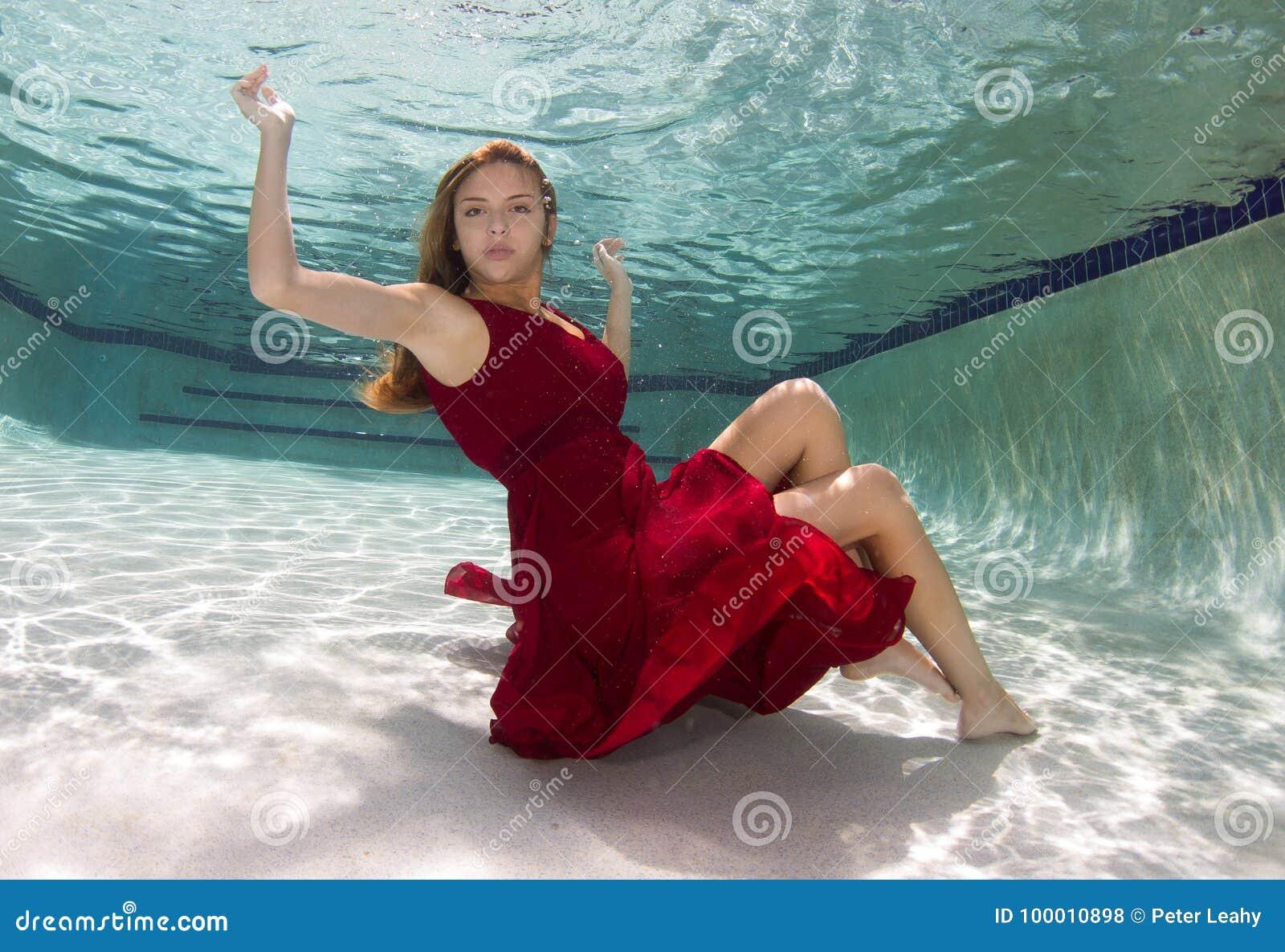 Belle giovani donne in costume da bagno o coda delle - Donne grasse in costume da bagno ...