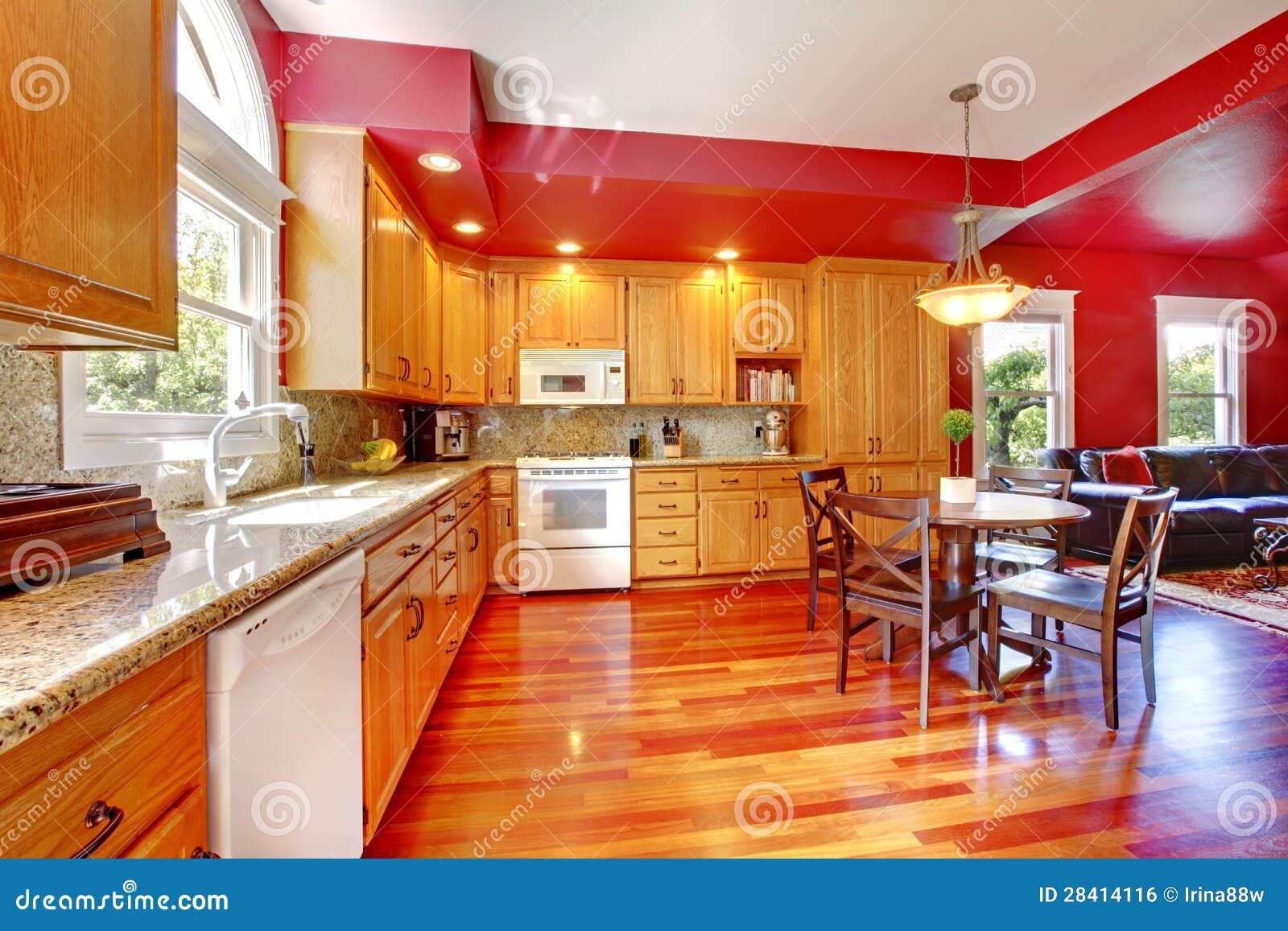 Belle grande cuisine rouge avec le bois dur de cerise Petite table de