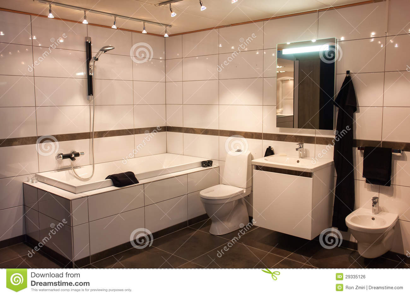 Belle grande salle de bains dans la maison neuve de luxe for Grande salle de bain