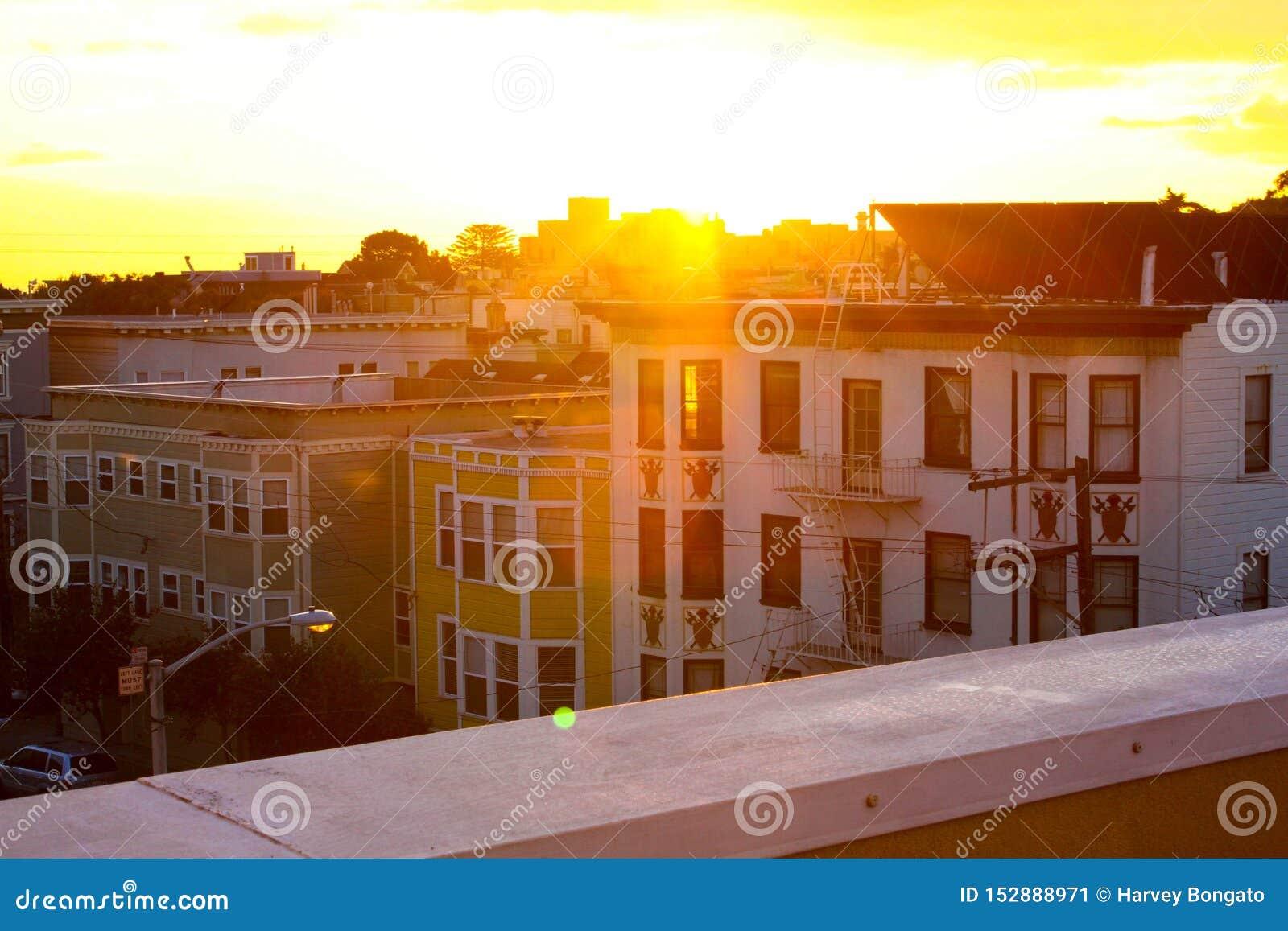 Belle heure d or du jour, vue de la terrasse supérieure faisant face à la façade d autres bâtiments