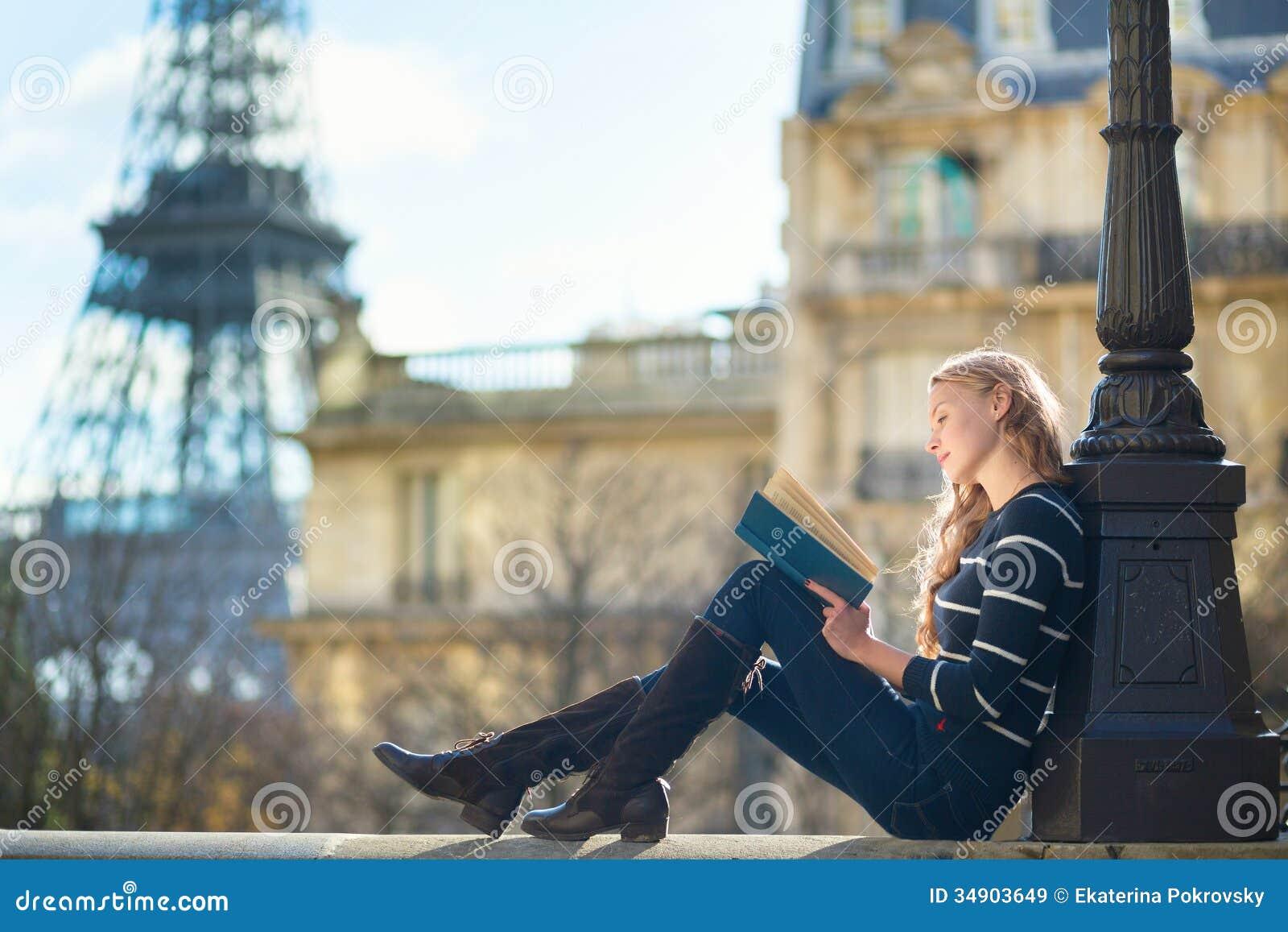 Belle jeune femme à Paris, lisant un livre