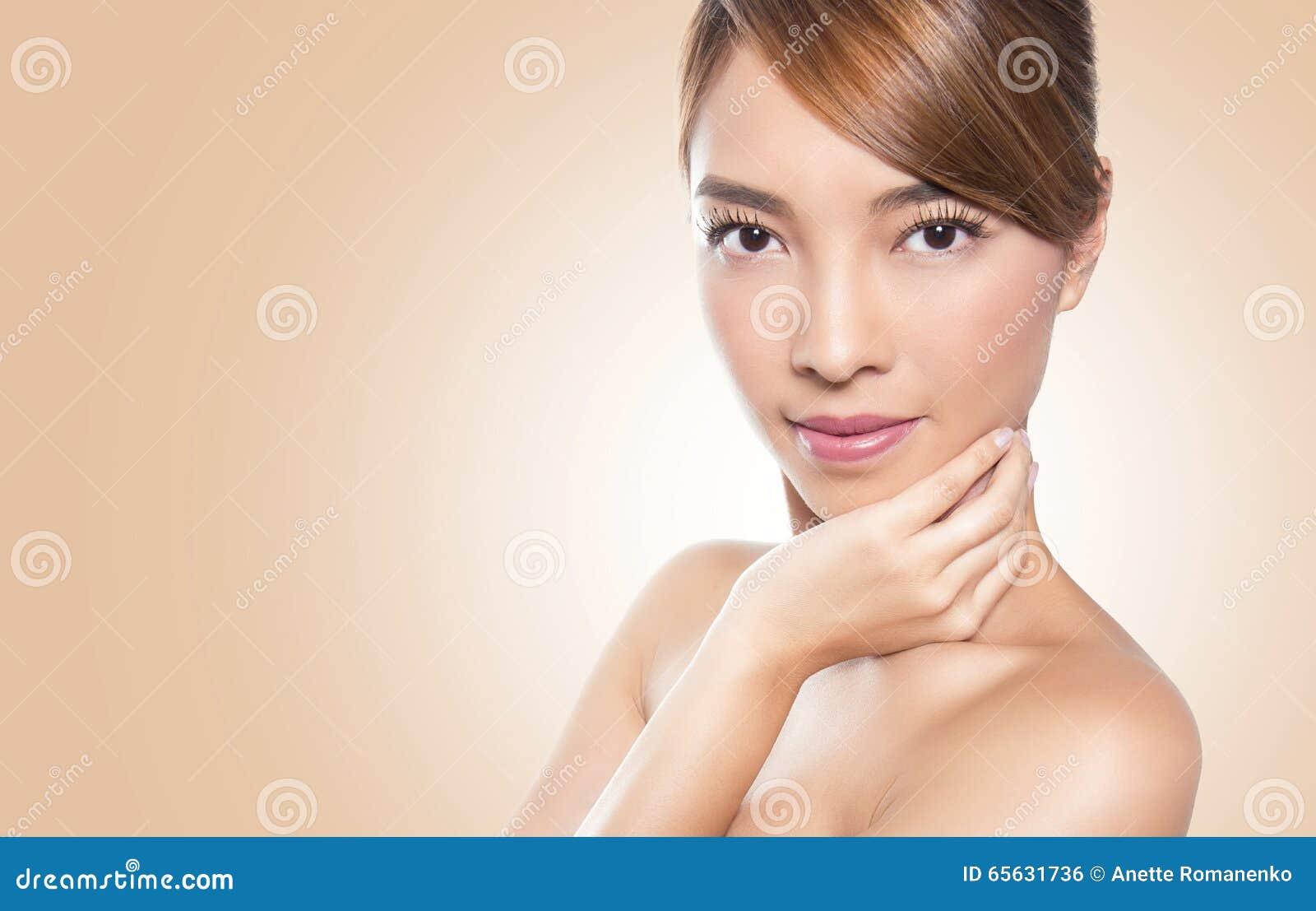 Belle jeune femme asiatique