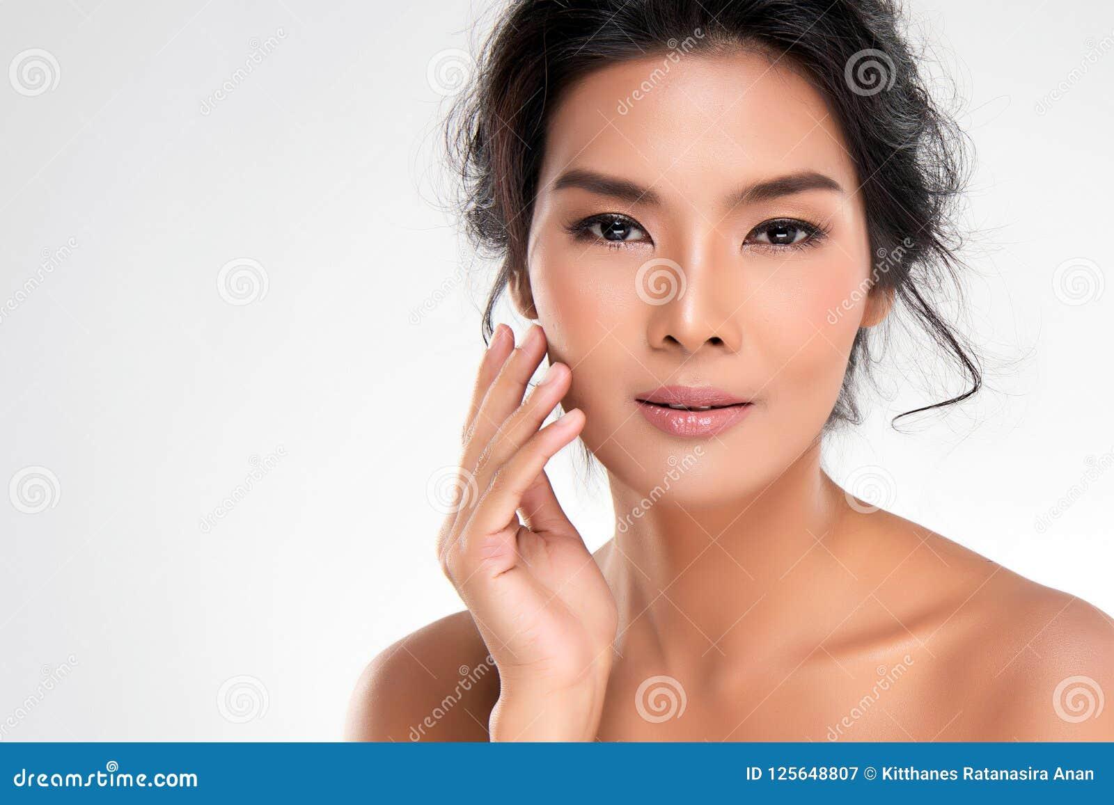 Belle jeune femme asiatique avec la peau fraîche propre