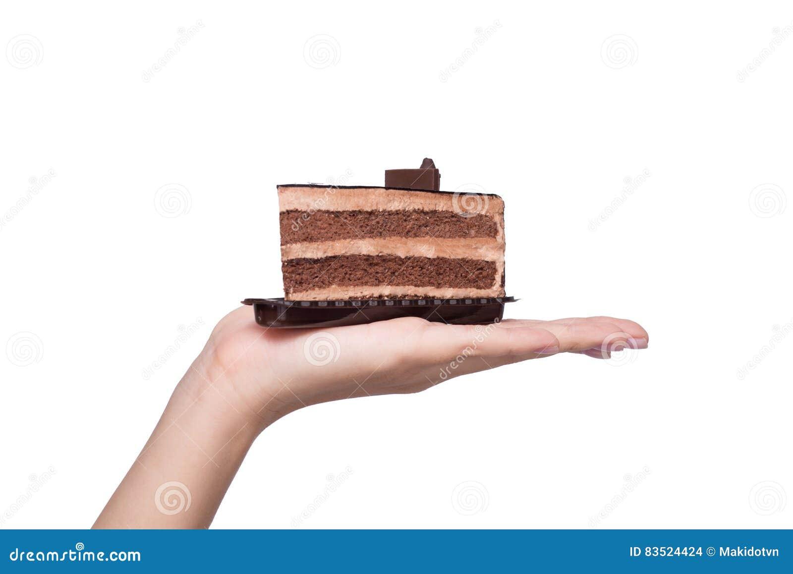 Belle jeune femme asiatique de sourire avec un isolat de gâteau de chocolat