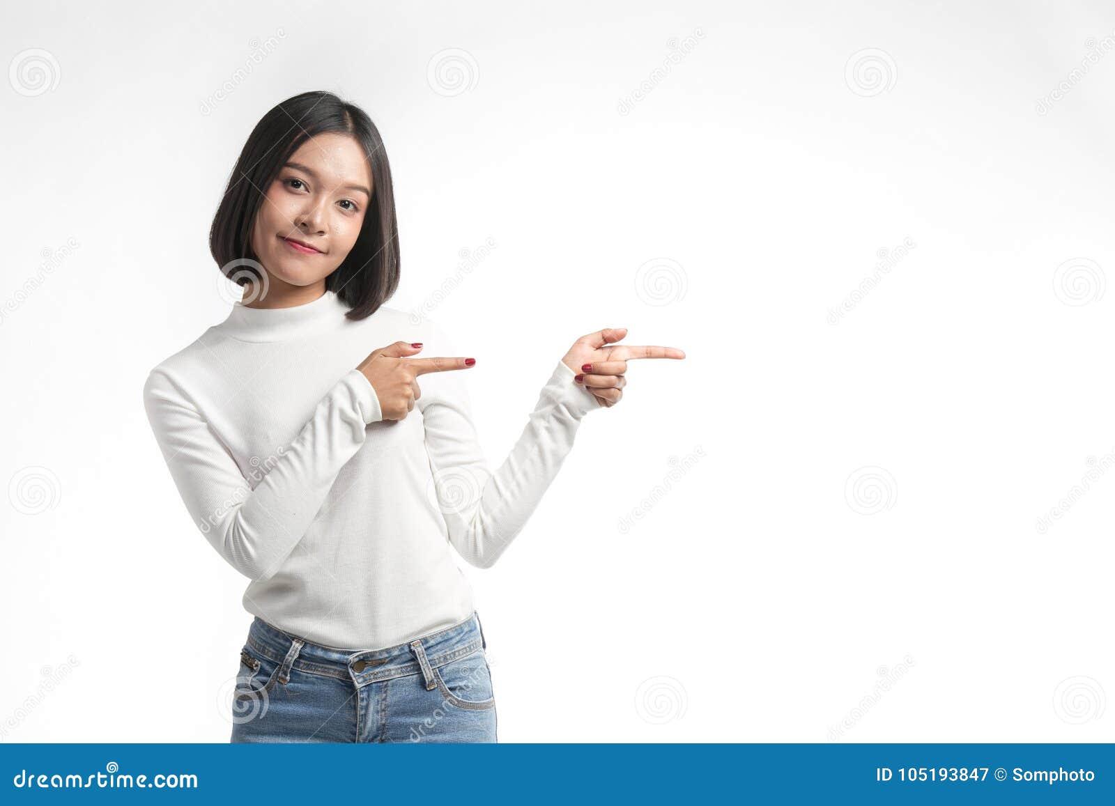 Belle jeune femme asiatique se dirigeant au whitespace