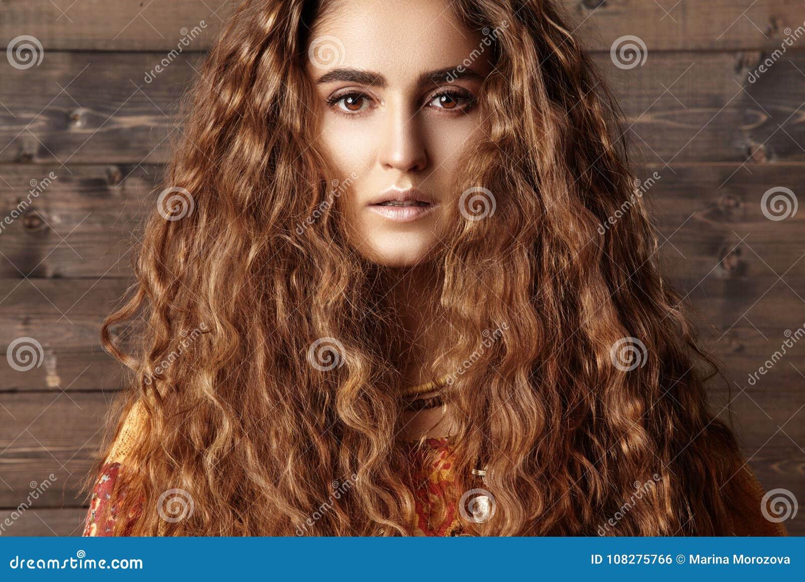 Belle Jeune Femme Avec La Longue Coiffure Bouclée Bijoux De Mode