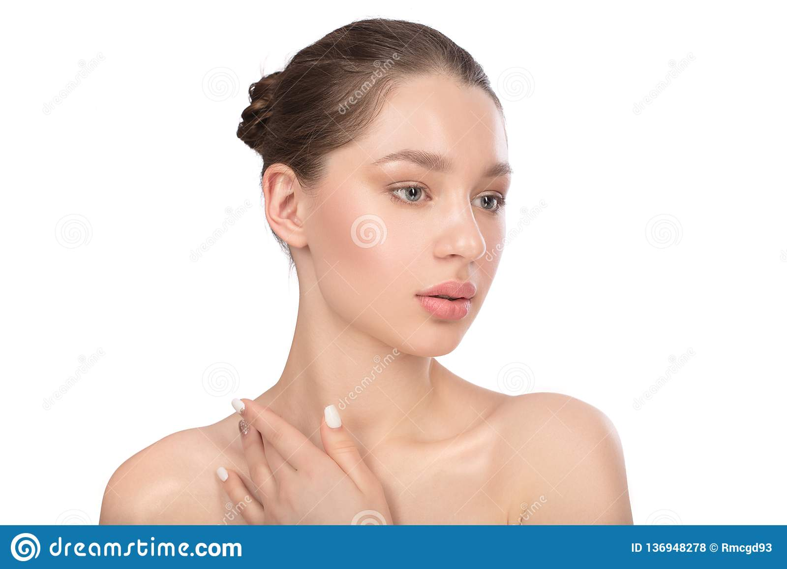 Belle jeune femme avec la peau parfaite propre Verticale de beauté Station thermale