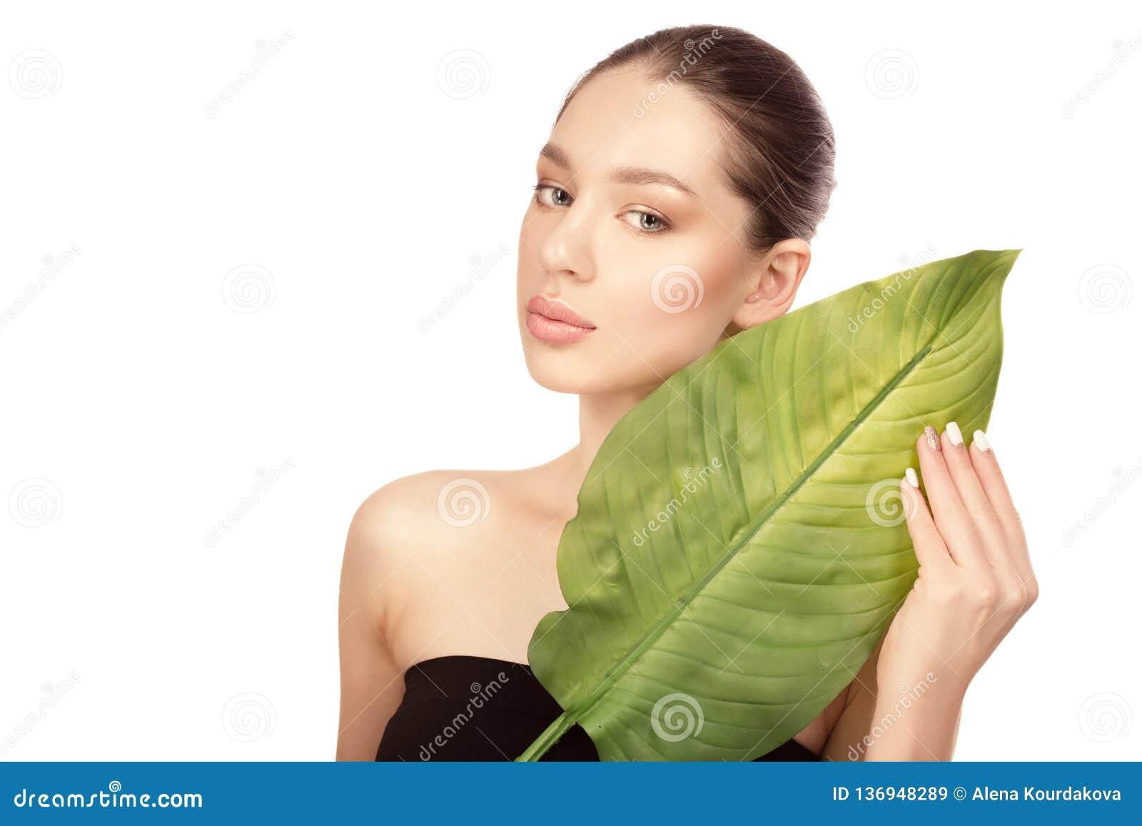 Belle jeune femme avec la peau parfaite propre Verticale de beauté Station thermale, soins de la peau et bien-être