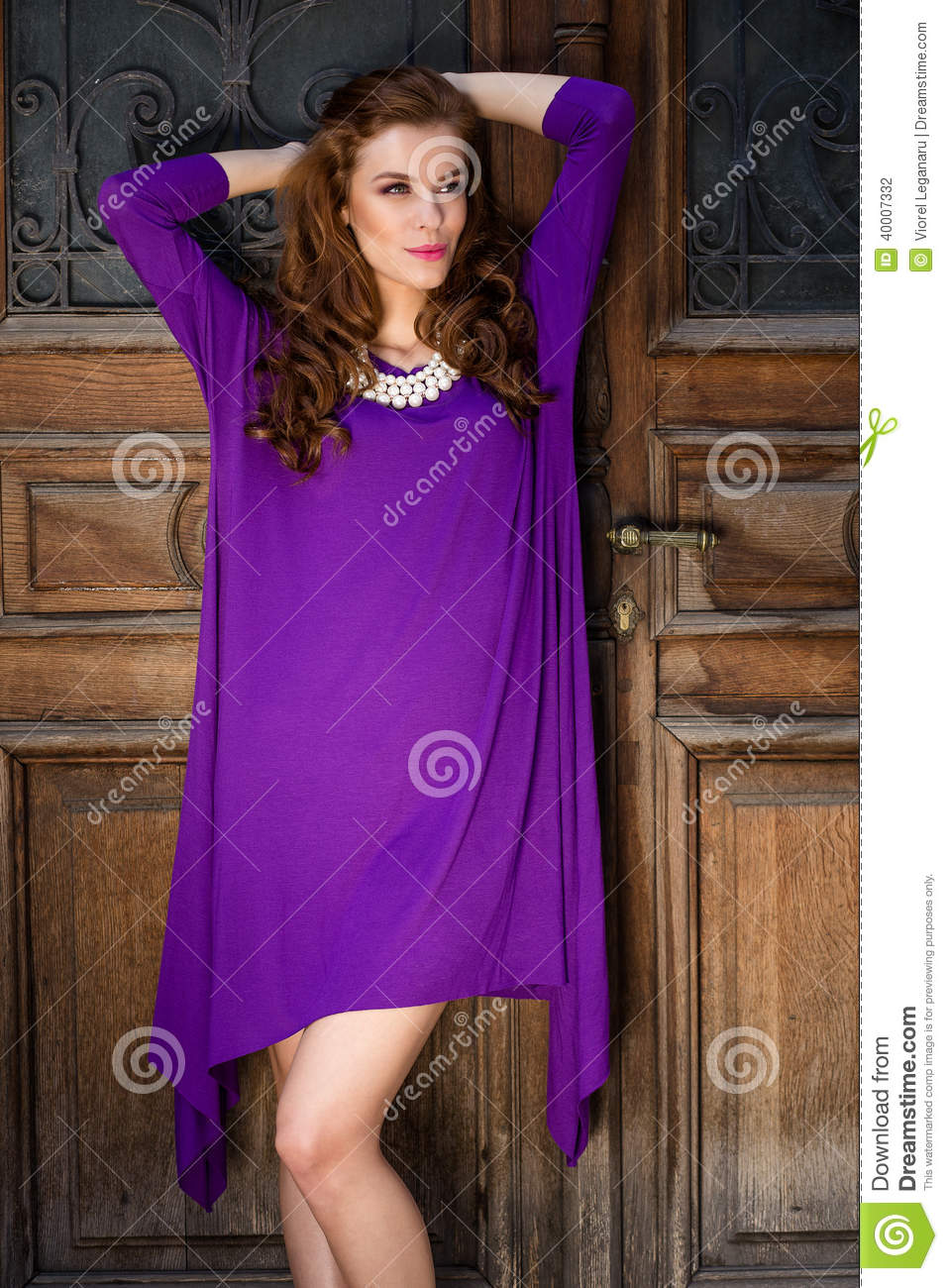 belle jeune femme avec la robe violette photo stock image 40007332. Black Bedroom Furniture Sets. Home Design Ideas