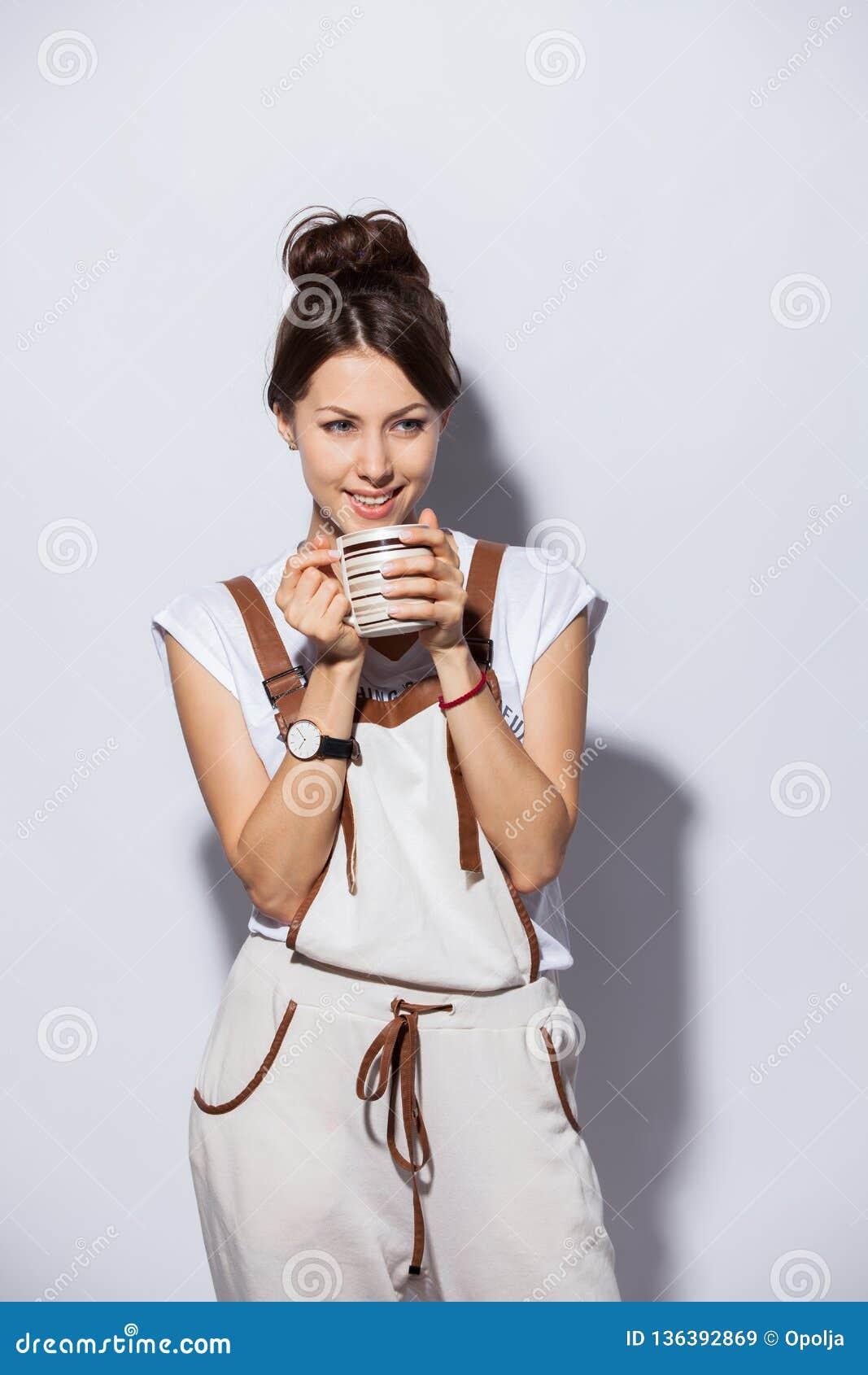 Belle jeune femme avec la tasse de café, d isolement sur le blanc