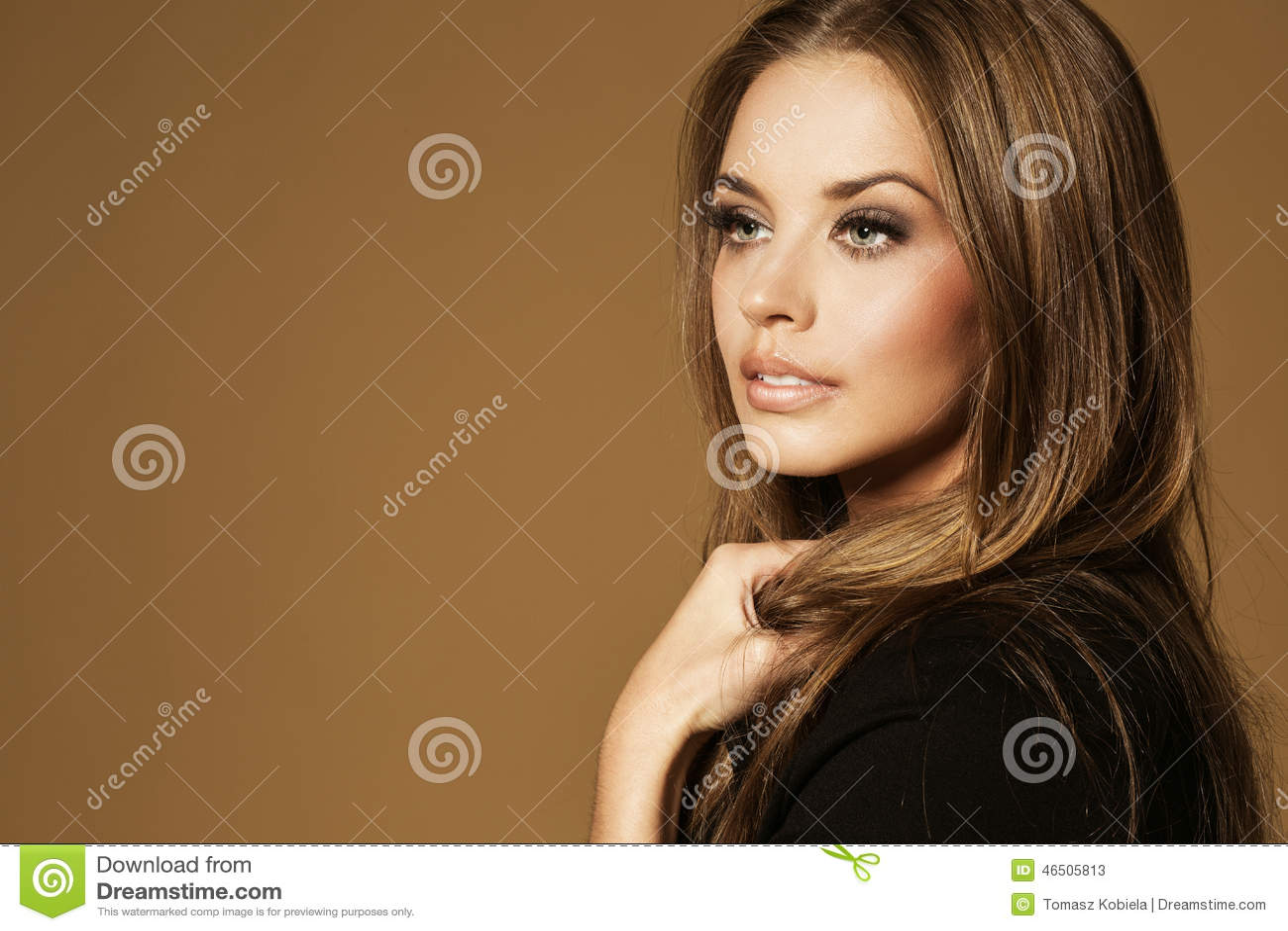Belle jeune femme avec le long cheveu brun