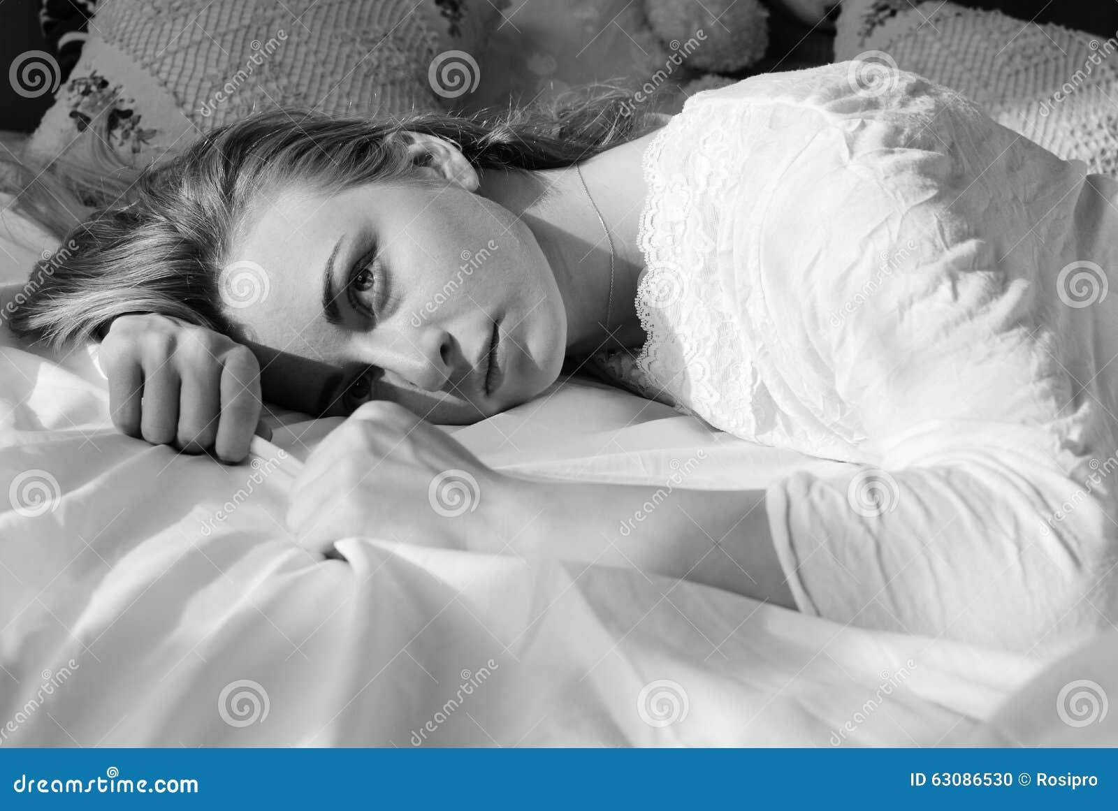 Download Belle Jeune Femme Blonde émotive Se Situant Dans Le Lit Photo stock - Image du adulte, matin: 63086530
