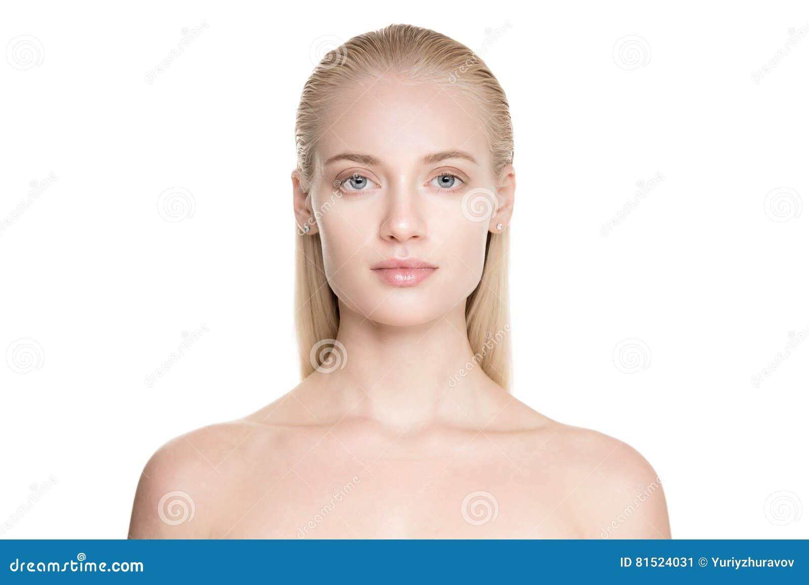 Belle jeune femme blonde avec de longs cheveux de Slicked