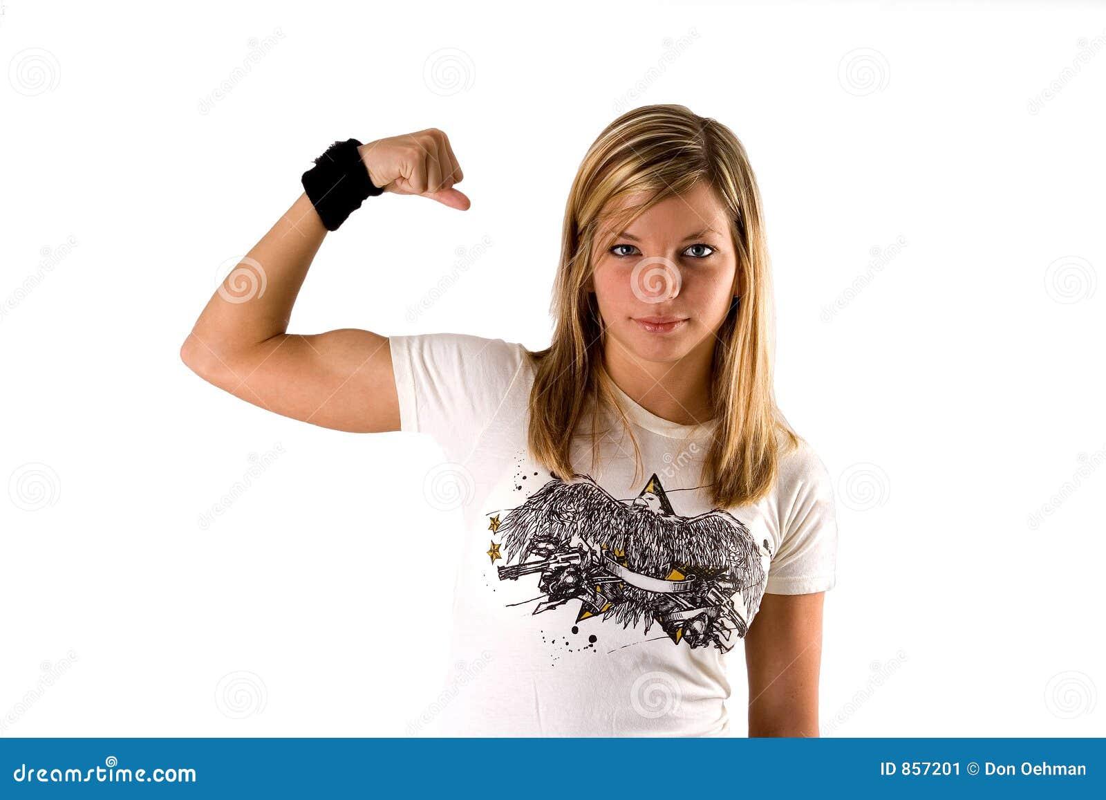 Belle jeune femme blonde dans une chemise de té effectuant un muscle