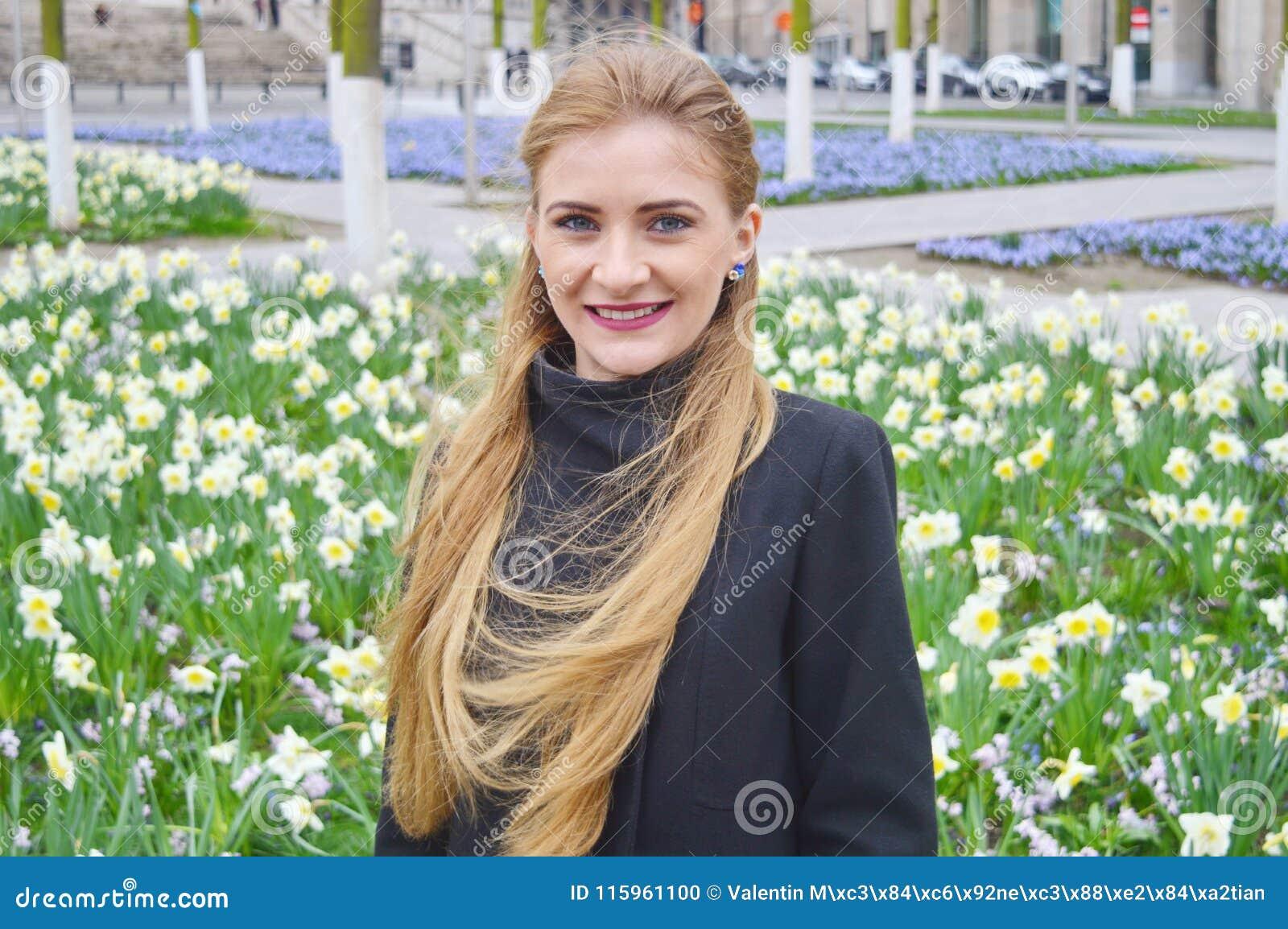 Belle jeune femme blonde dehors, souriant