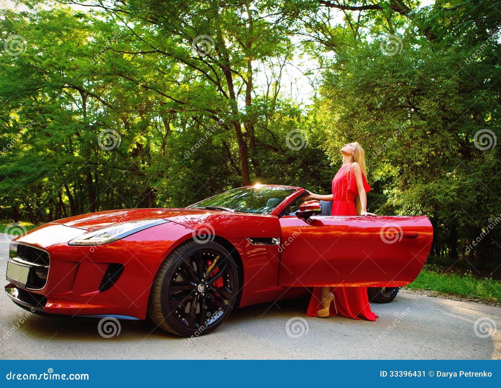 belle jeune femme blonde se tenant pr s d une voiture de sport. Black Bedroom Furniture Sets. Home Design Ideas